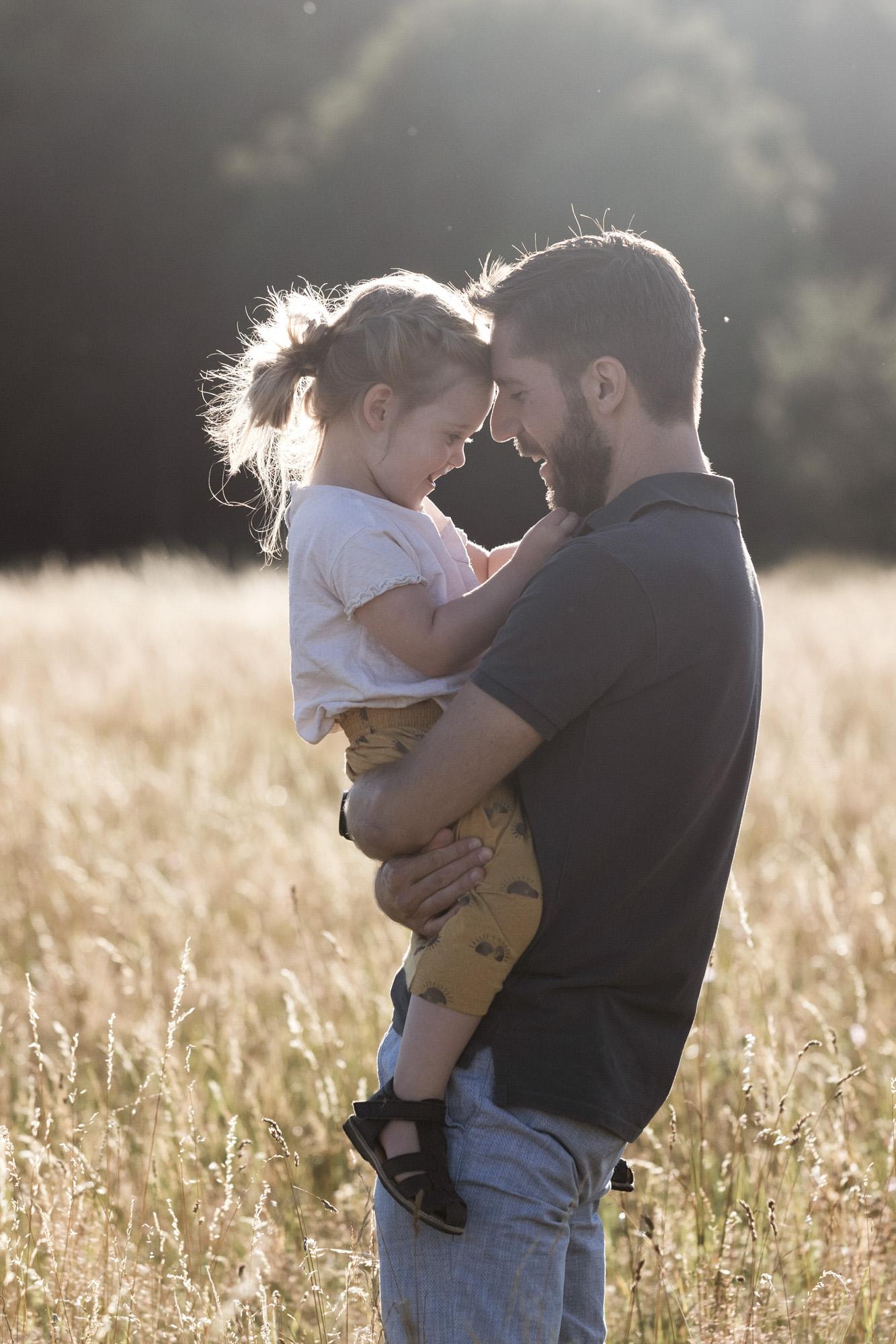 Der Papa mit seiner Tochter beim Familienfotoshooting in der Natur - Fotograf Basel