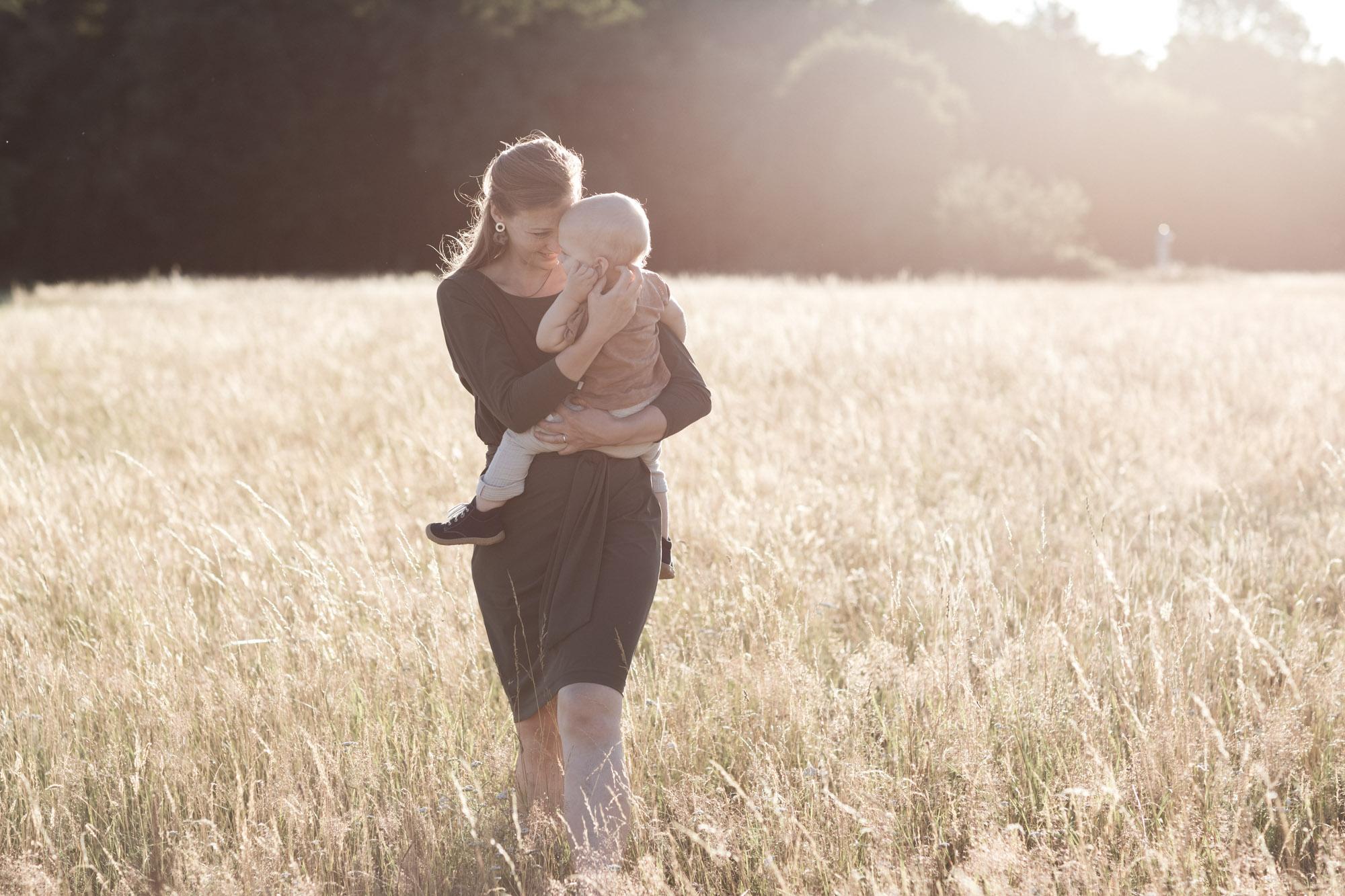 Die Mama mit ihrem Sohn beim Familienfotoshooting in der Natur - Fotograf Basel