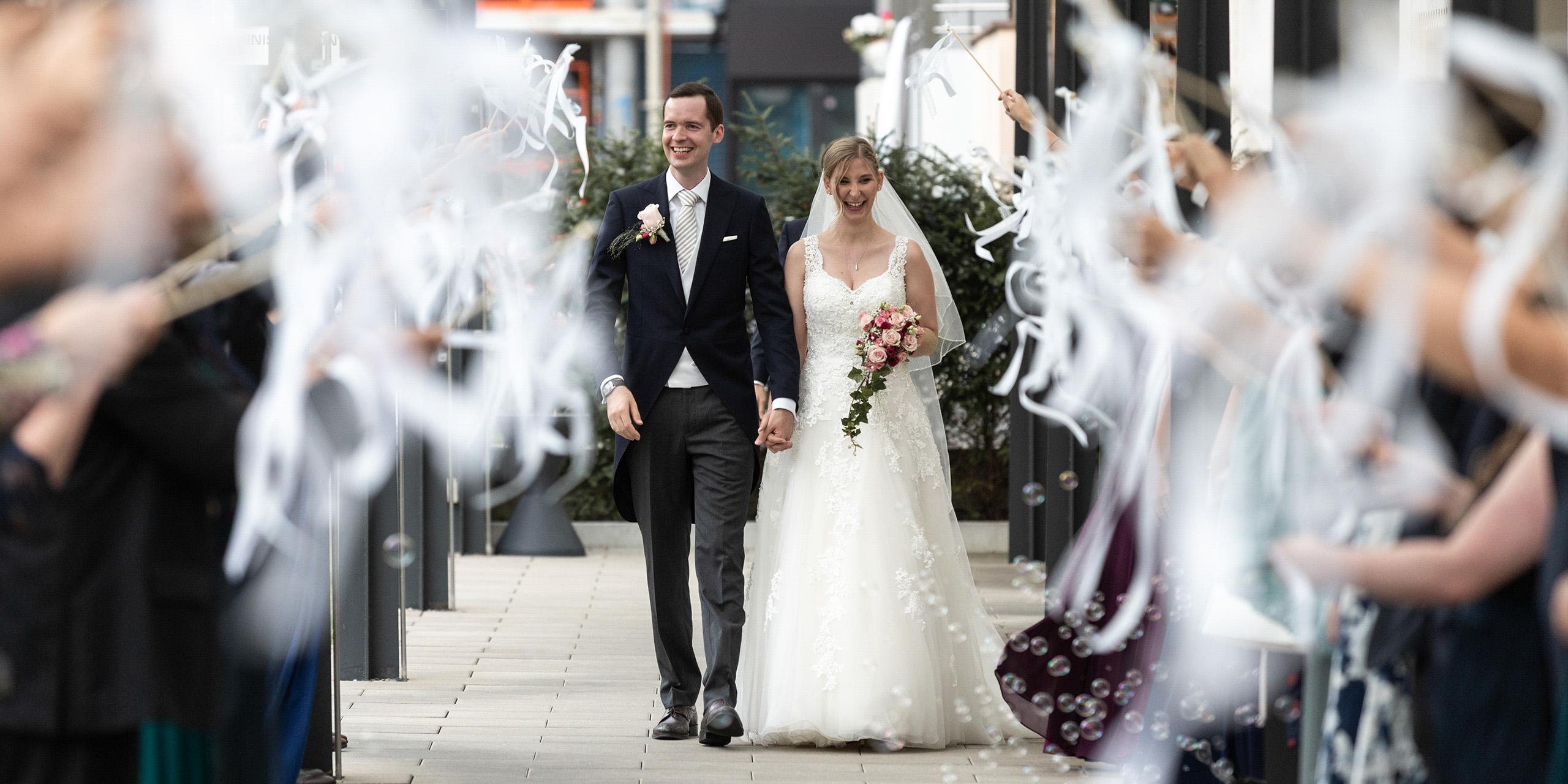 Hochzeit-Hochzeitsfotograf-Basel-Schweiz-Pullman - Auszug des Brautpaares inmitten von Seifenblasen