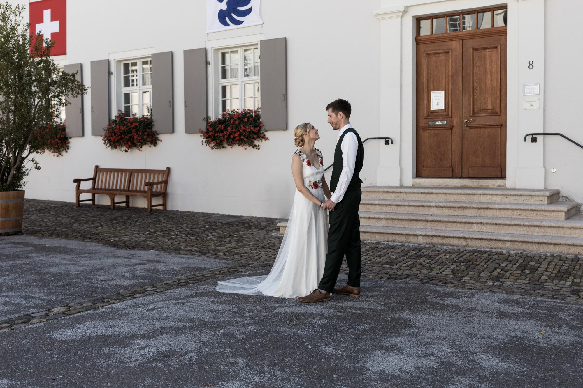 Brautpaar Fotoshooting auf dem Dom Platz in Arlesheim