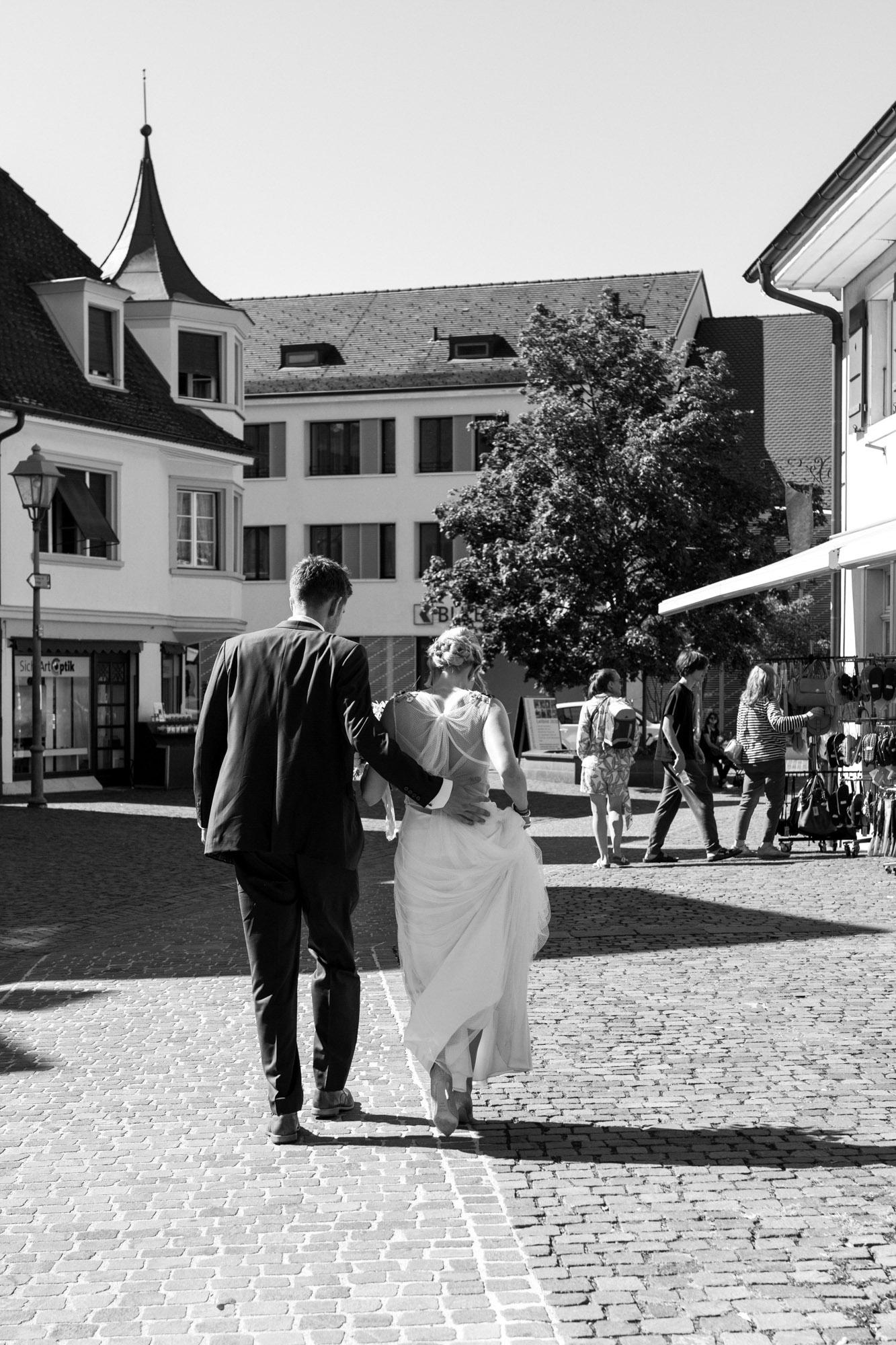 Brautpaar spaziert zum Apero