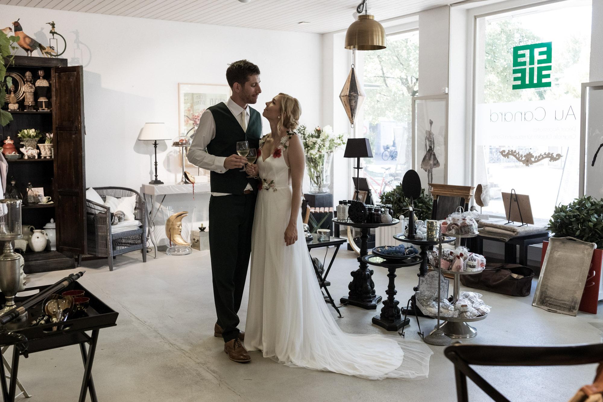 Das Brautpaar im Möbelladen