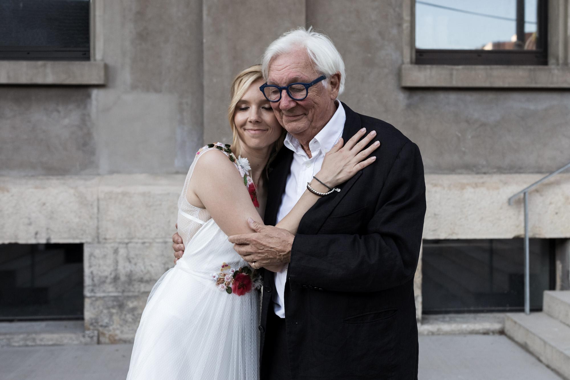 Hochzeit im Turbinenhaus in Basel - Die Braut mit ihrem Papa