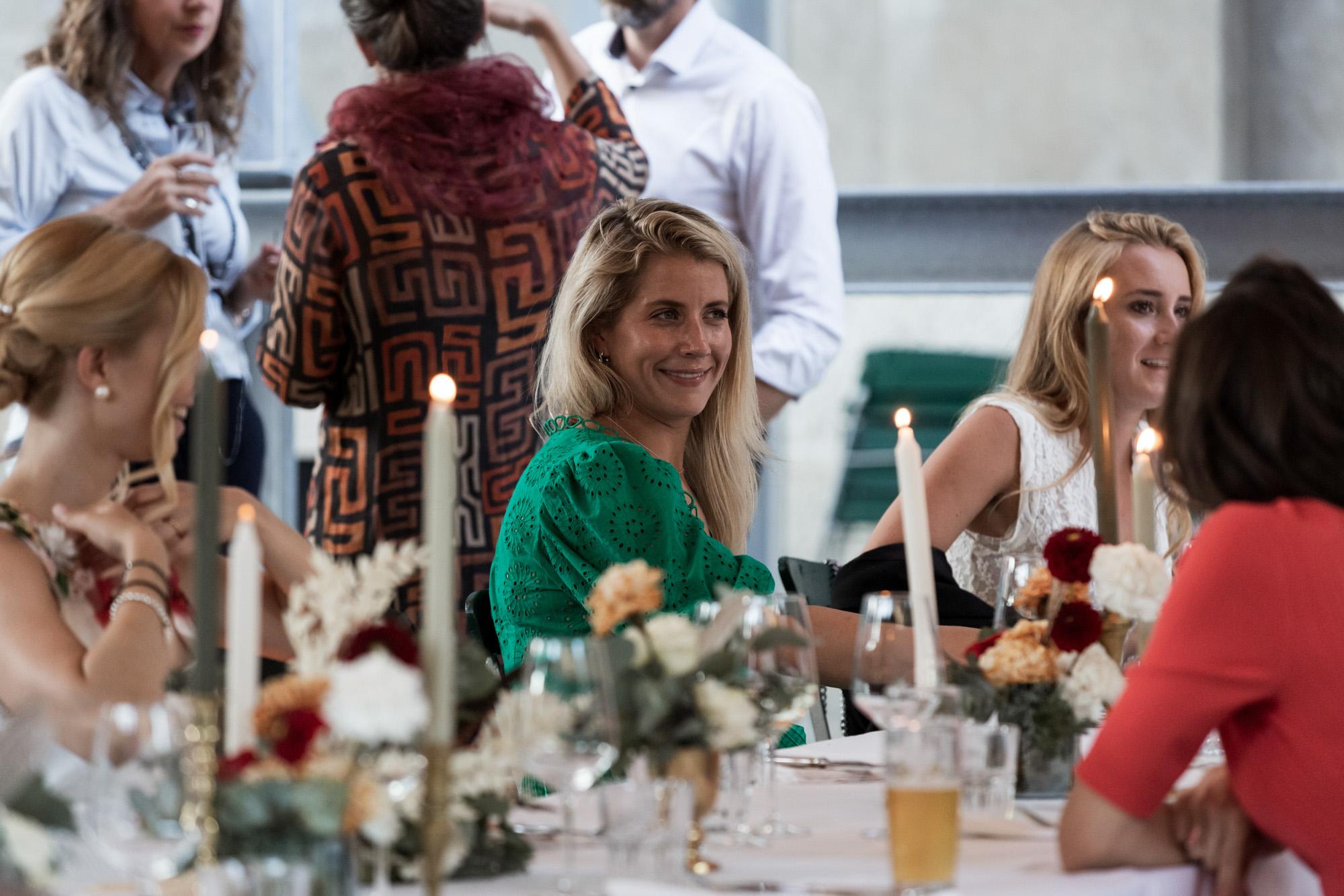 Hochzeit im Turbinenhaus in Basel - Die Hochzeitsgäste beim Fest