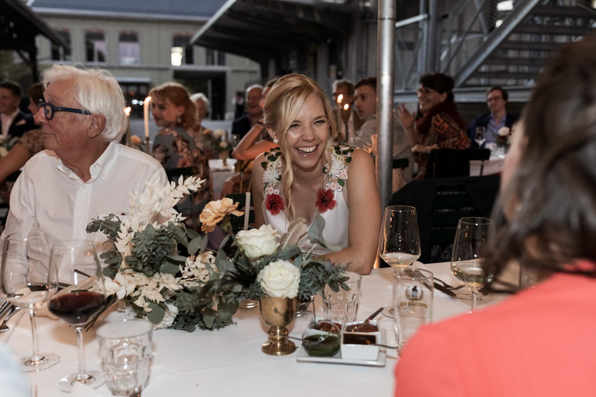 Hochzeit im Turbinenhaus in Basel - Die Braut beim Hochzeitsfest