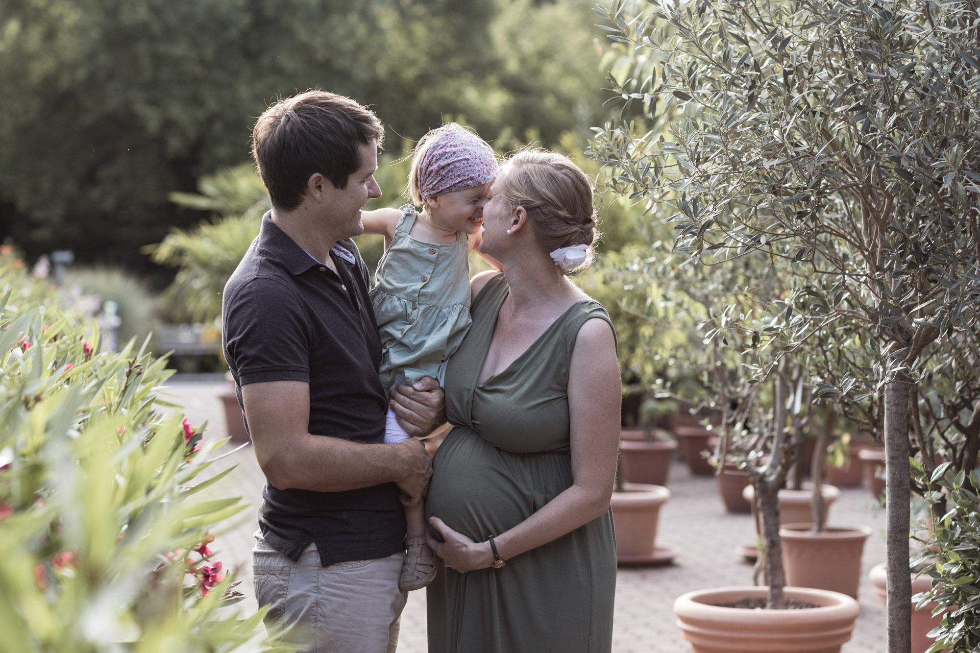 Babybauch und Familienfotoshooting in den Merian Gärten