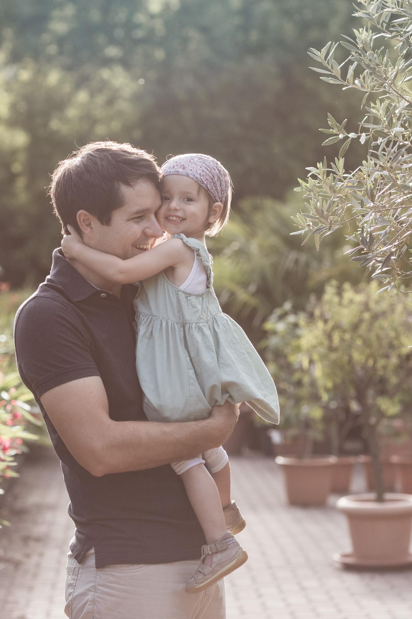 Babybauch und Familienfotoshooting in den Merian Gärten - Der Papa mit seiner kleinen Tochter