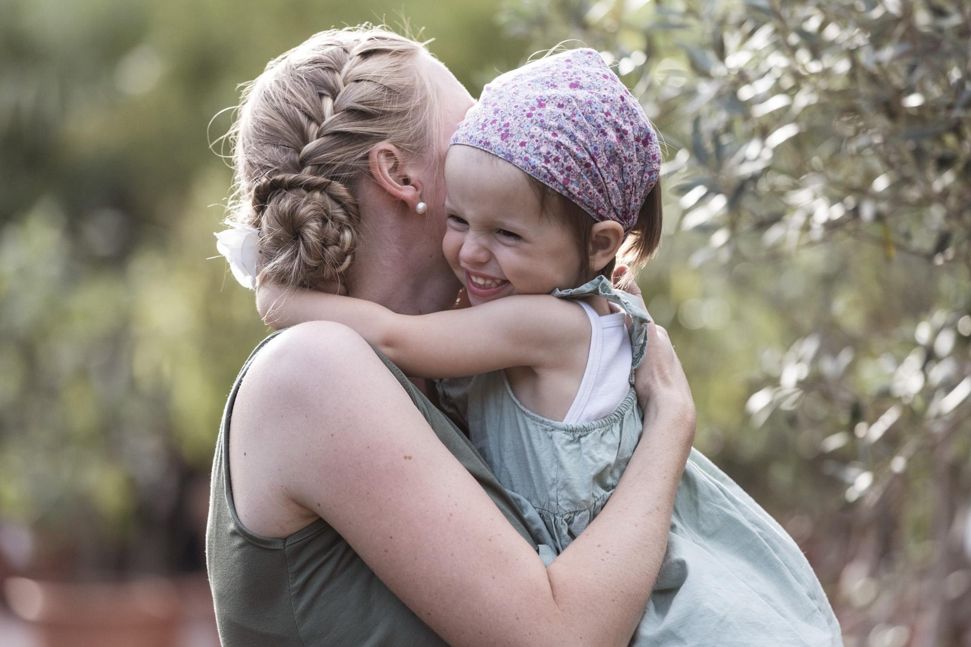 Babybauch und Familienfotoshooting in den Merian Gärten - Die Mama mit ihrer süssen Tochter