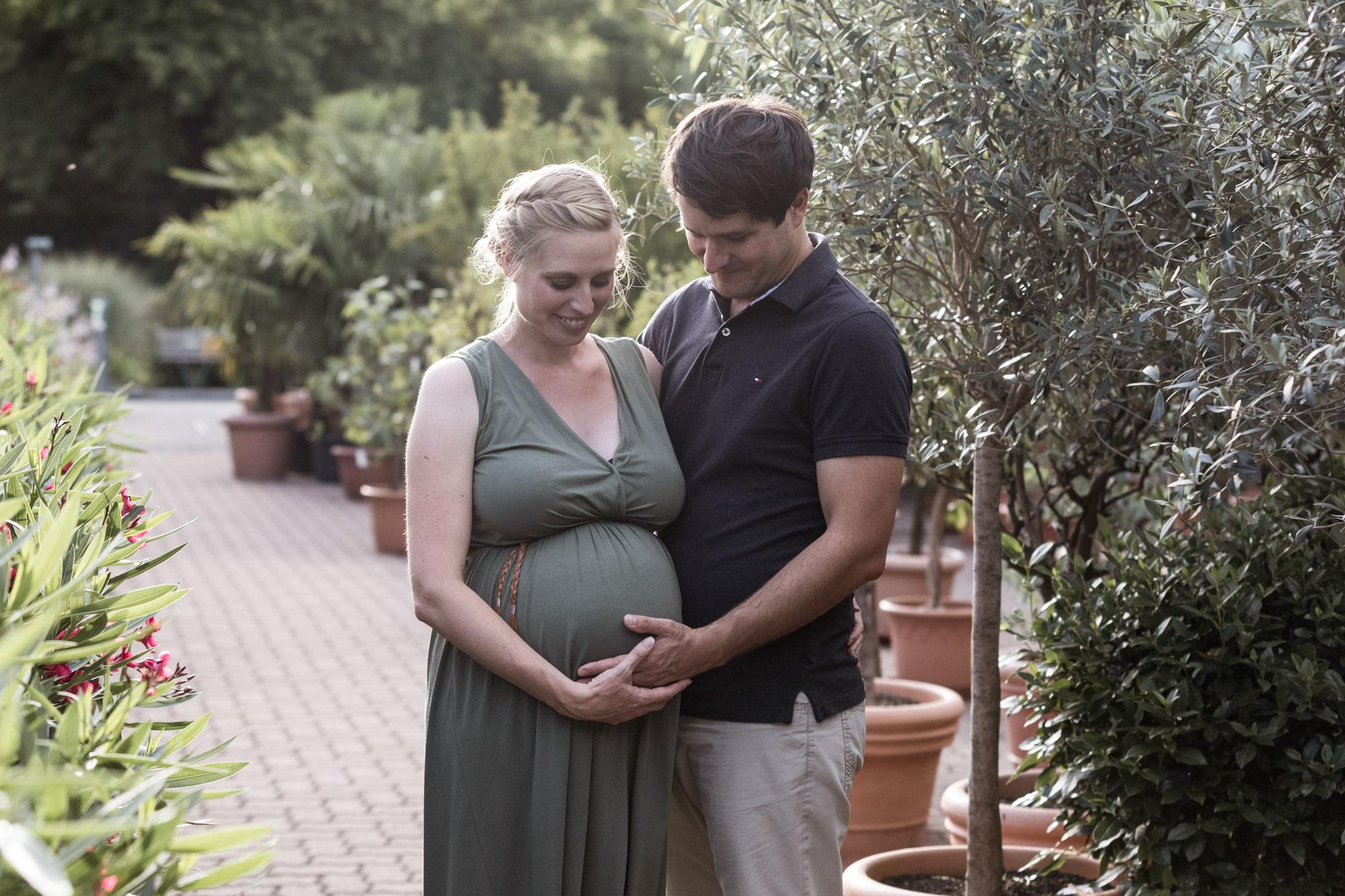 Babybauch und Familienfotoshooting in den Merian Gärten - Die werdenden Eltern beim Fotoshooting in der Natur