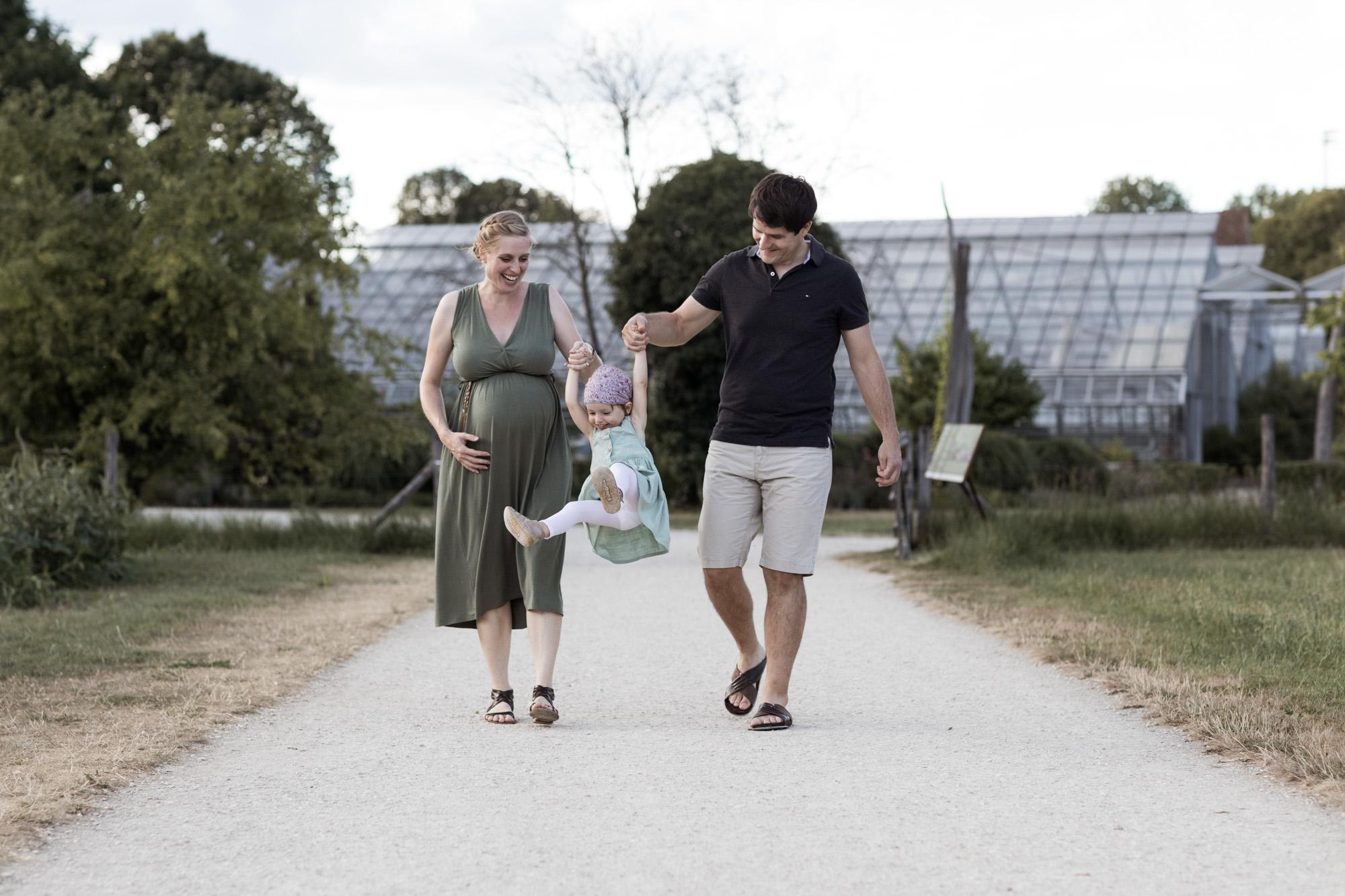 Babybauch und Familienfotoshooting in den Merian Gärten - Die Familie spaziert in den Merian Gärten