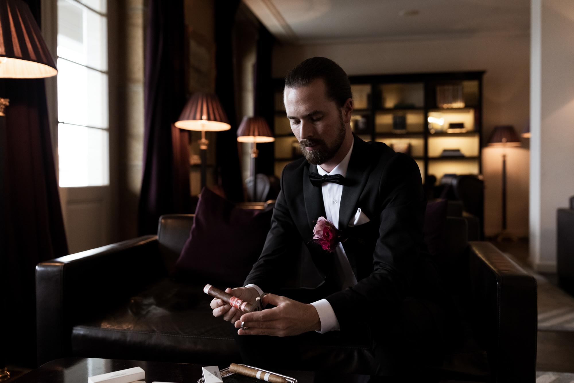 Bräutigam warten auf die Braut in der Zigarren Lounge - Hochzeit Grand Hotel Les Trois Rois