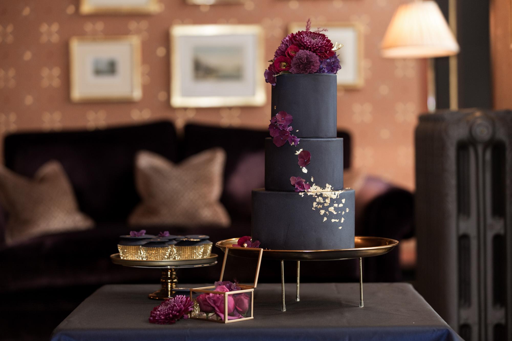 Hochzeit im Grand Hotel Les Trois Rois Basel - Mimis Cupcake - Hochzeitstorte in Blau