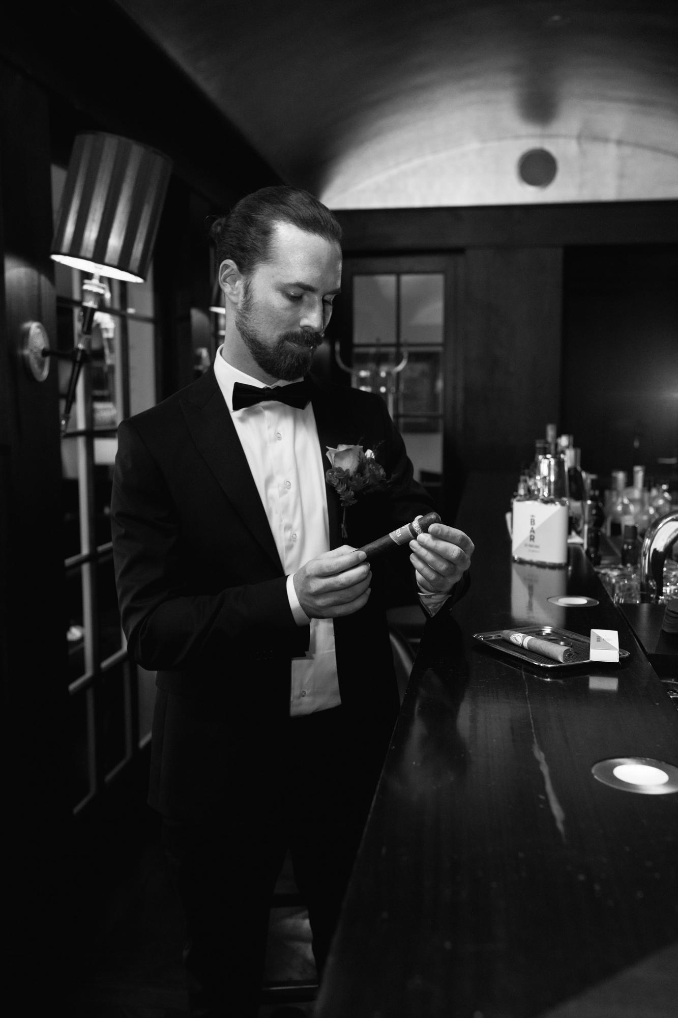 Hochzeit im Grand Hotel Les Trois Rois Basel - Der Bräutigam in der Zigarren Lounge