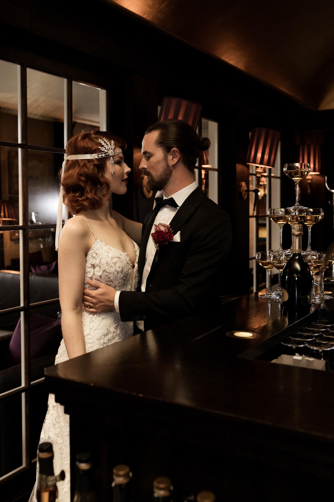 Hochzeit im Grand Hotel Les Trois Rois Basel - Die Braut trifft den Bräutigam in der Zigarren Lounge