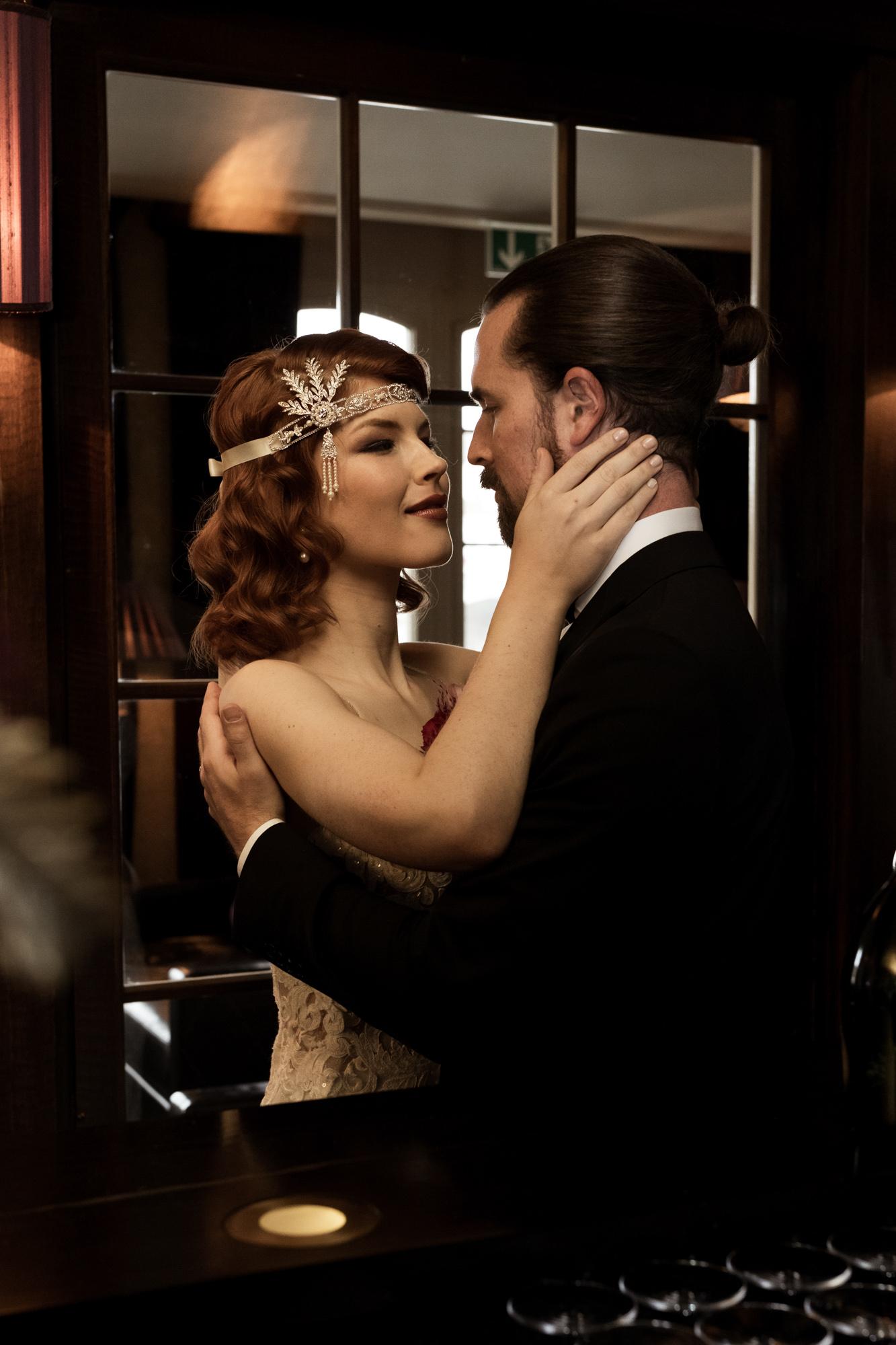 Hochzeit im Grand Hotel Les Trois Rois Basel - Die Braut und der Bräutigam in der Zigarren Lounge