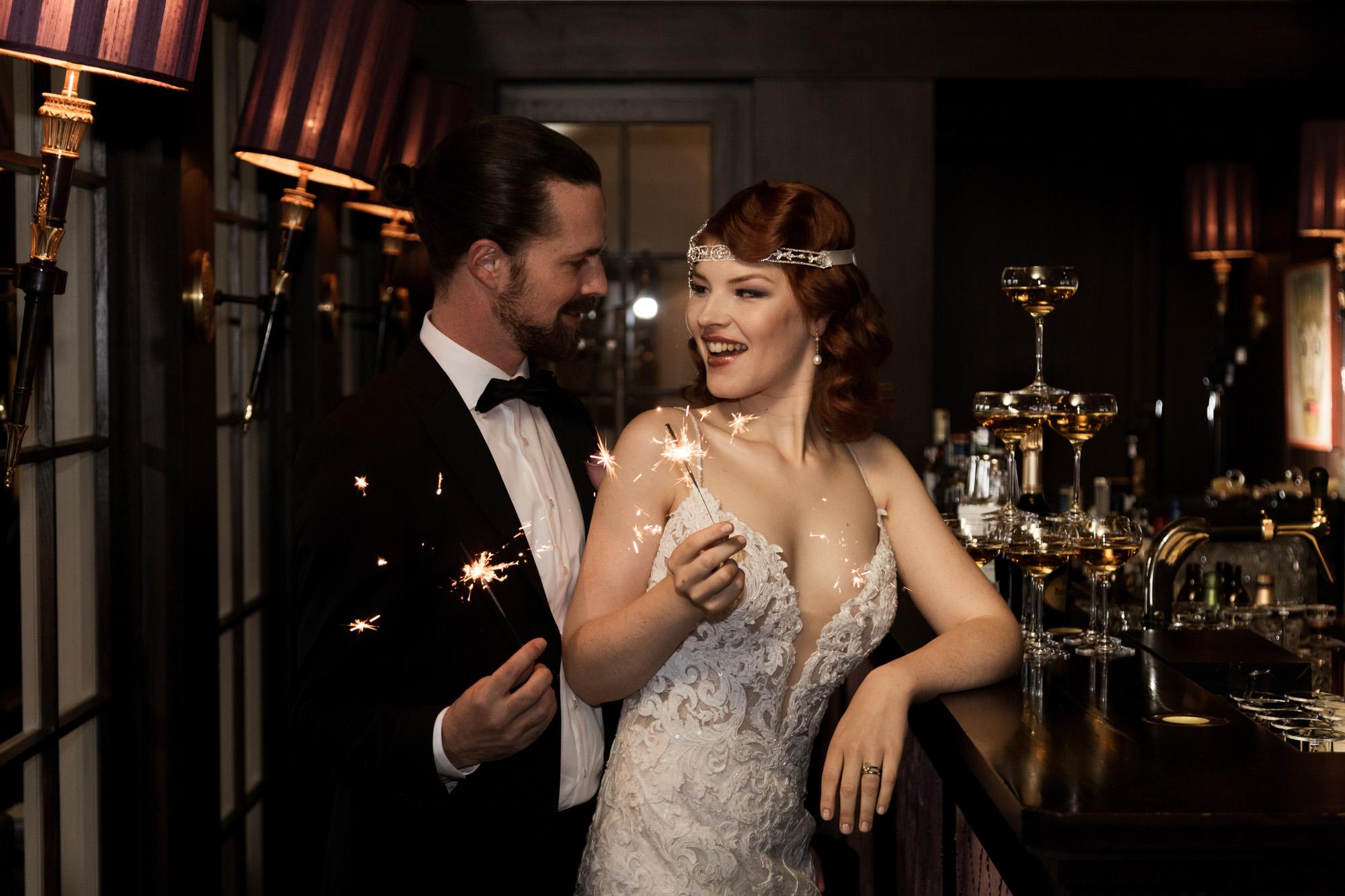Hochzeit im Grand Hotel Les Trois Rois Basel - Die Braut und der Bräutigam mit Wunderkerzen