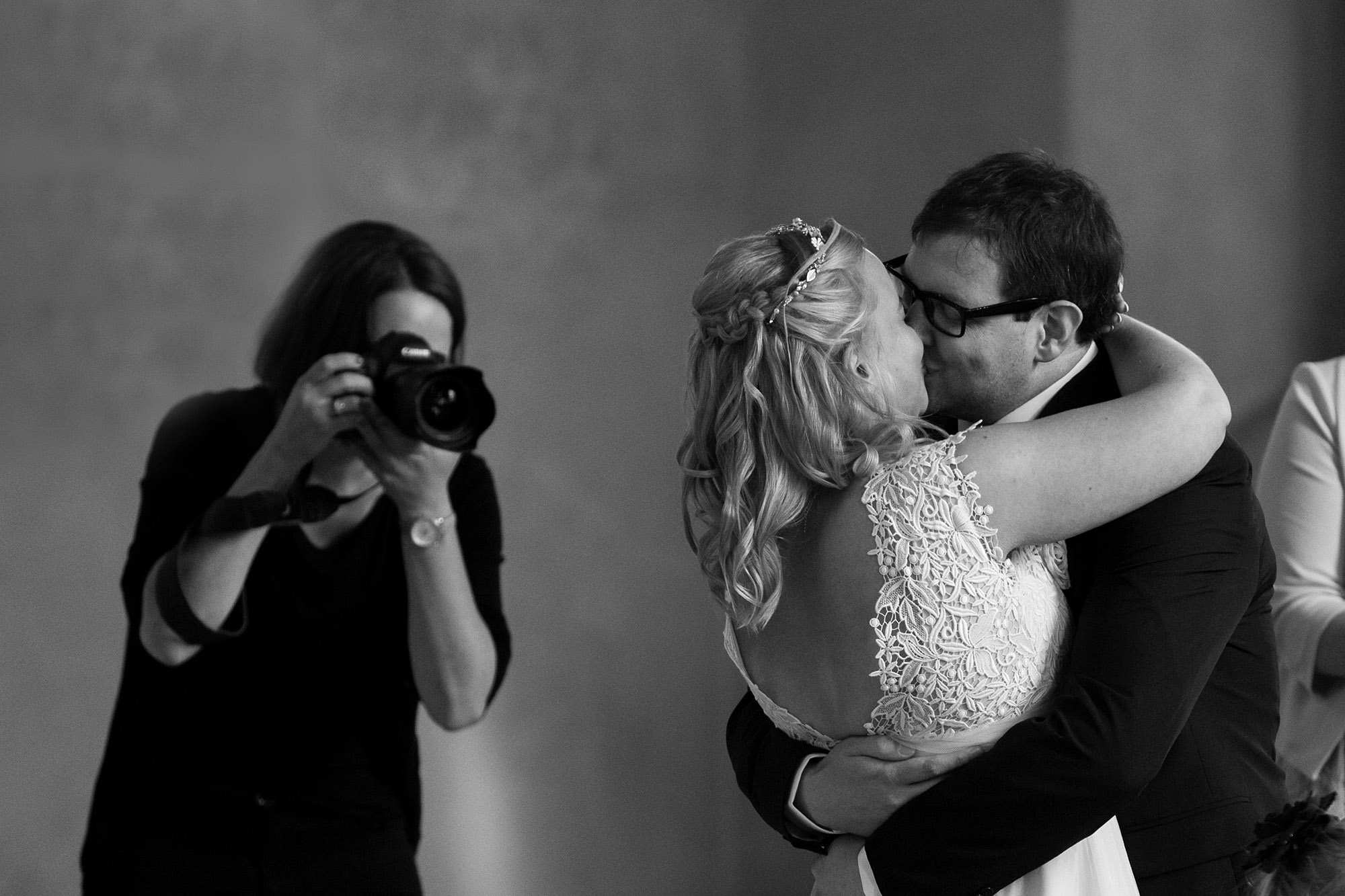 Hochzeitsfotograf Schweiz finden - Hochzeitsfotograf bei der Arbeit