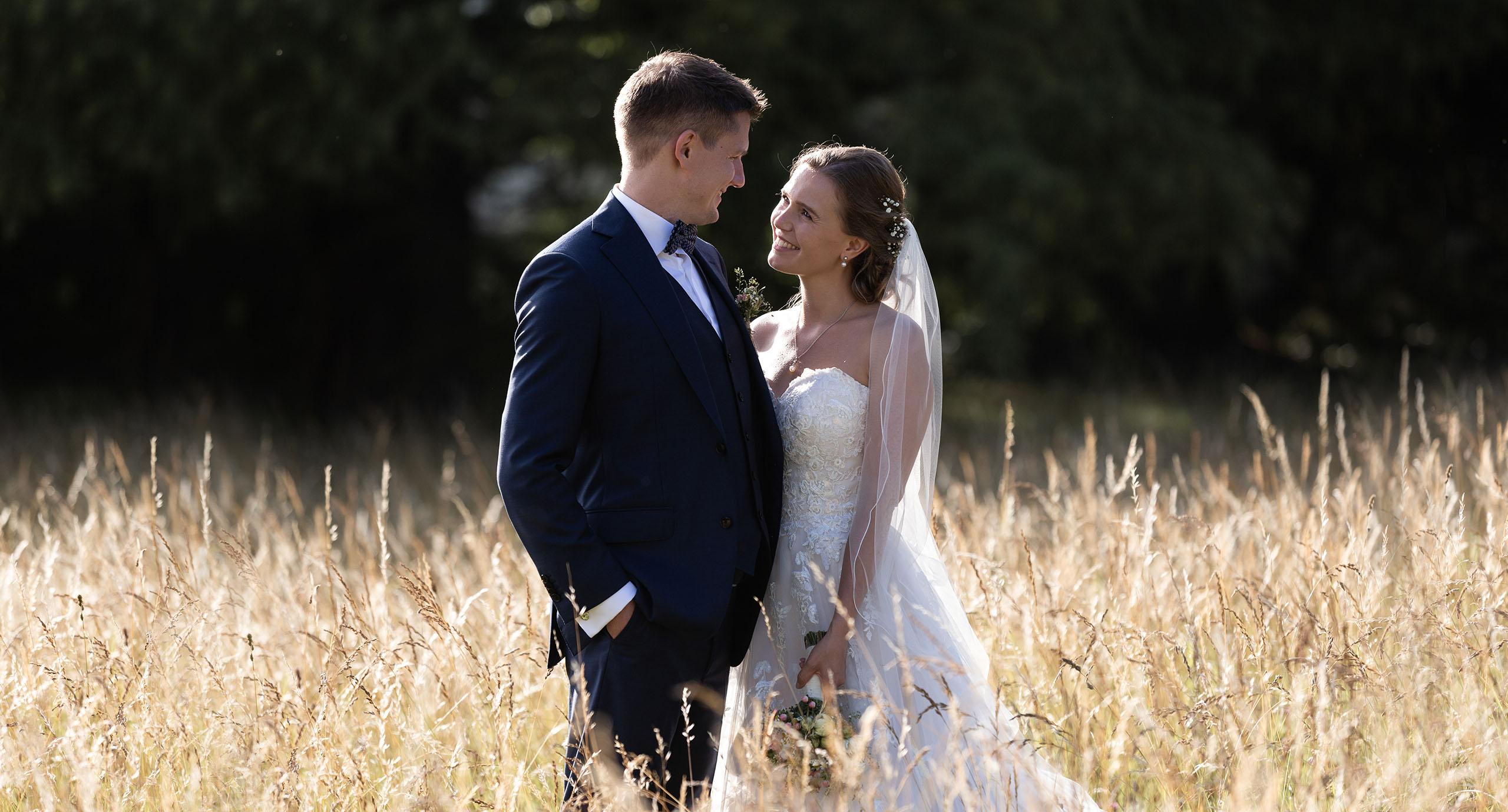 Hochzeitsfotografen Basel Schweiz - Brautpaar Fotoshooting in einem Kornfeld - Wenkenpark in Riehen