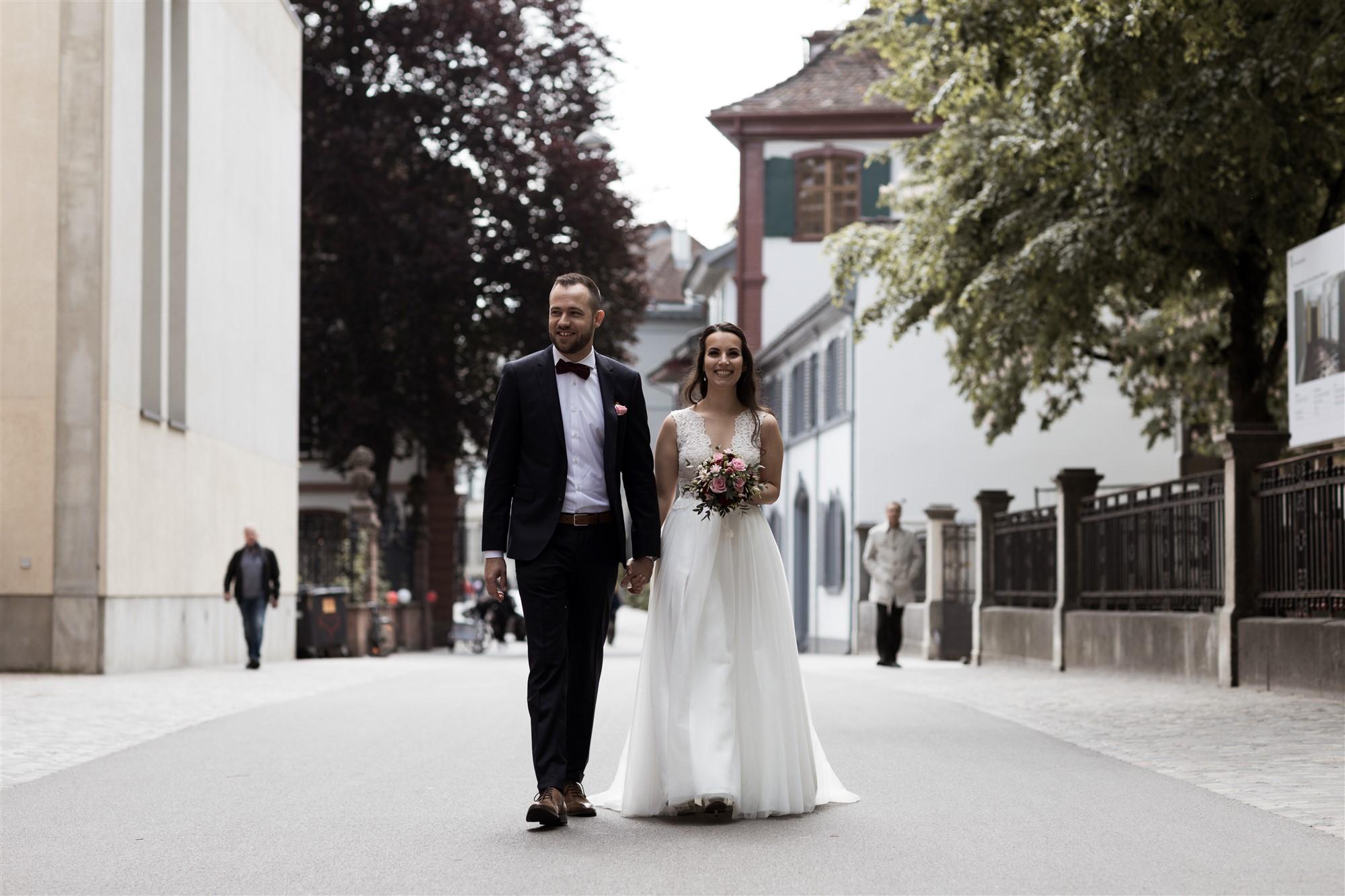 Das frisch vermählte Brautpaar spaziert auf dem Münsterplatz