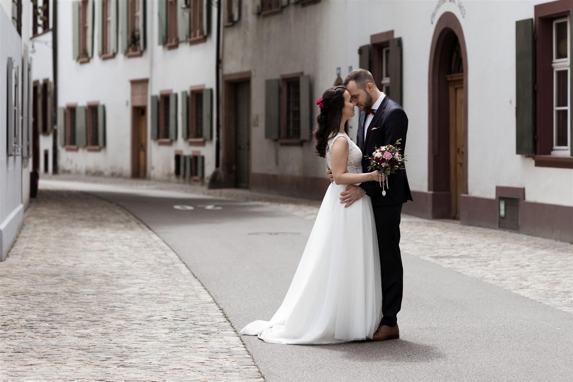 Das Brautpaarfotoshooting in den schönen Gassen von Basel