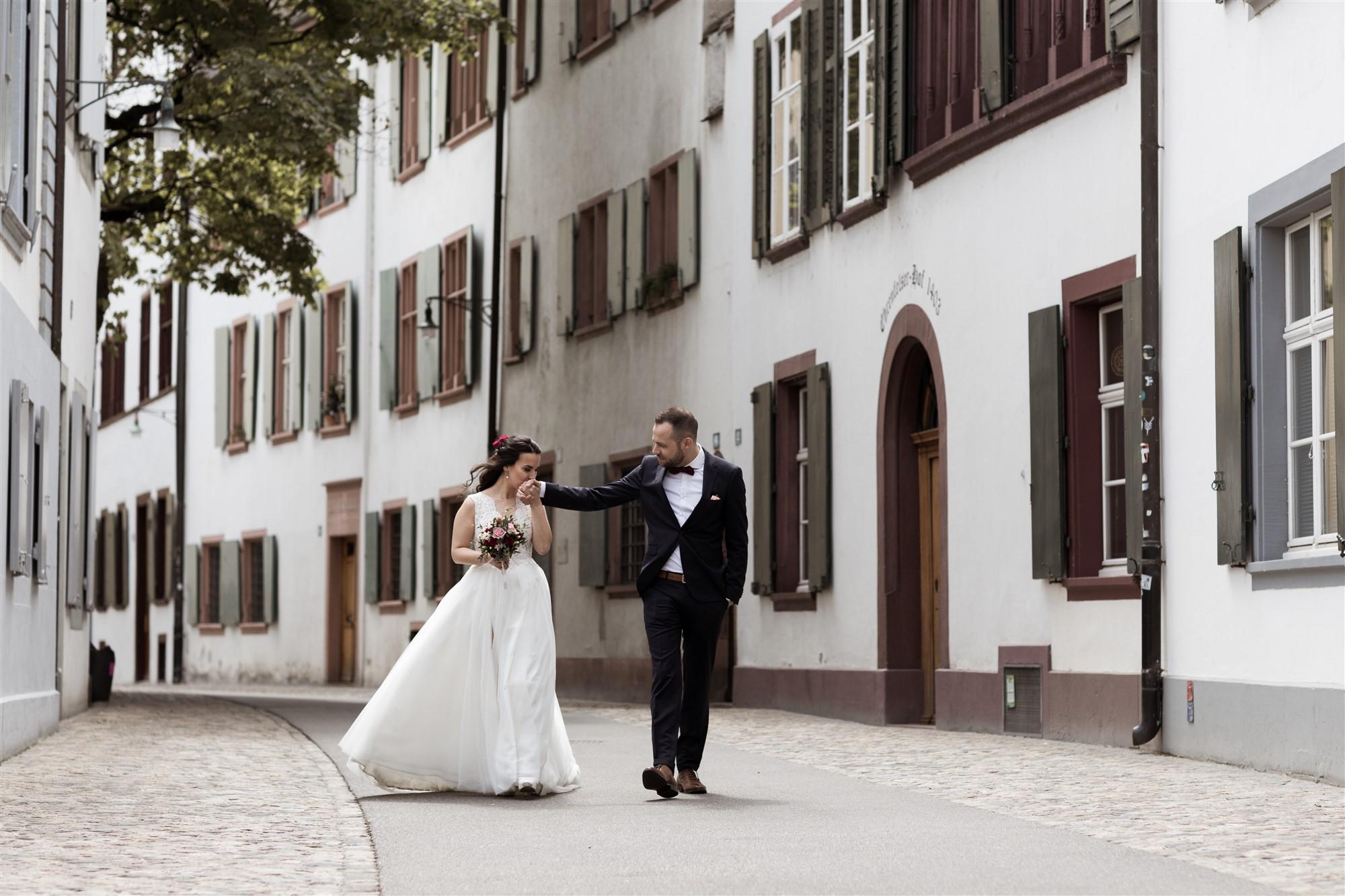 Zivile Trauung in Basel - Das Brautpaarfotoshooting in den schönen Gassen von Basel