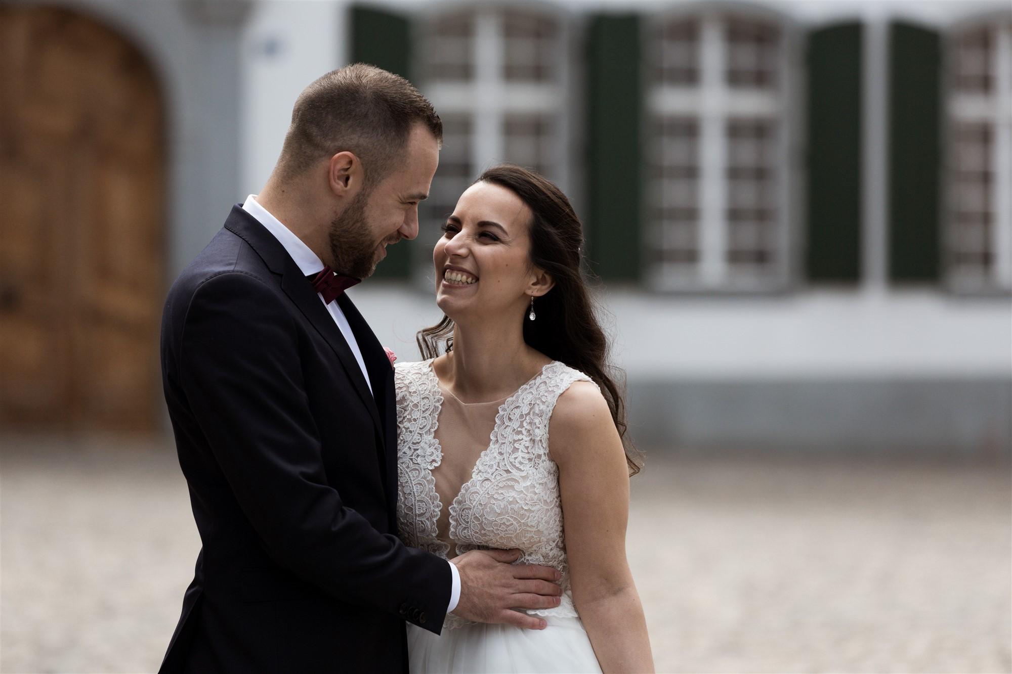 Brautpaar Fotoshooting auf dem Münsterplatz in Basel - Hochzeitsfotografen Basel