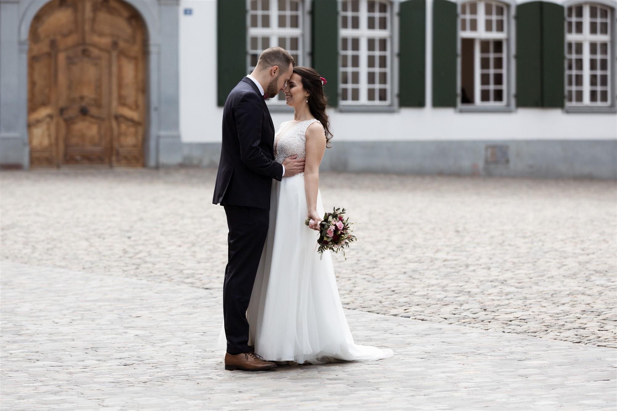 Zivile Trauung in Basel - Brautpaar Fotoshooting auf dem Münsterplatz in Basel - Hochzeitsfotografen Basel