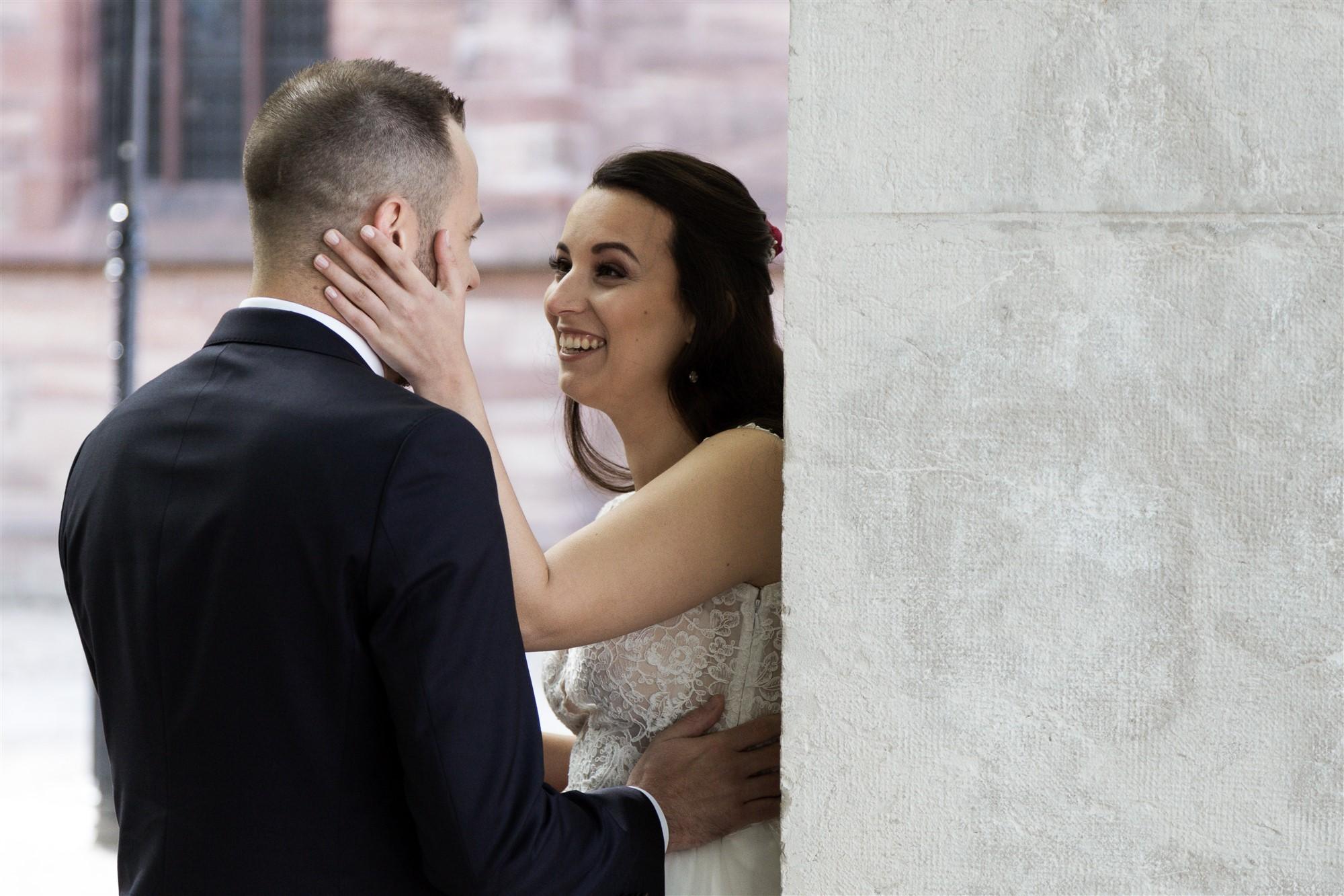 Das Brautpaar sieht sich zum ersten Mal