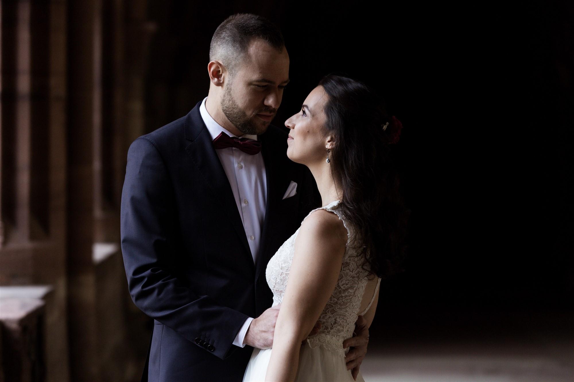 Brautpaar Fotoshooting im Basler Münster - Das Brautpaar sieht sich voller Liebe an