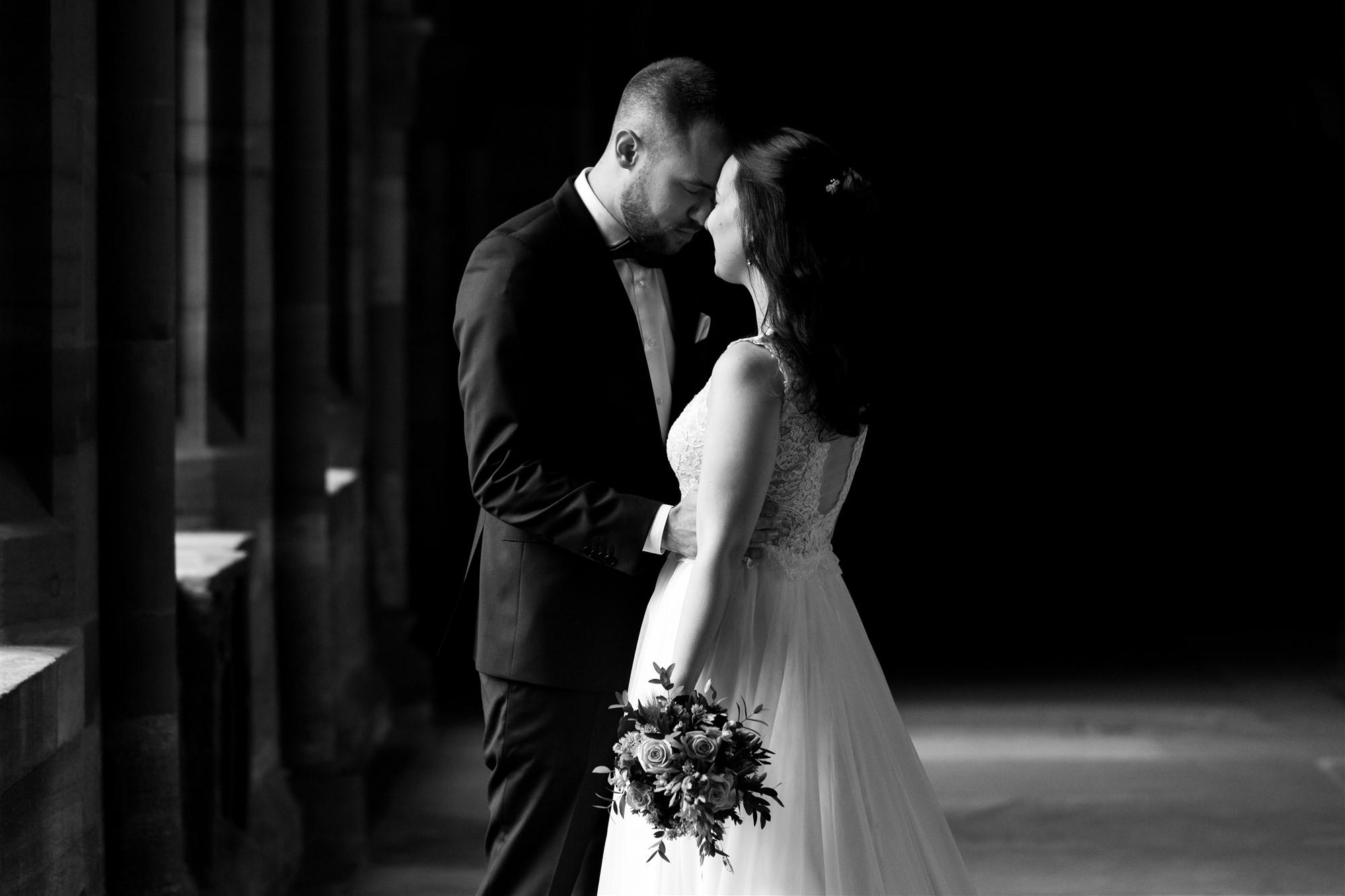 Romantisches Brautpaar Fotoshooting im Basler Münster