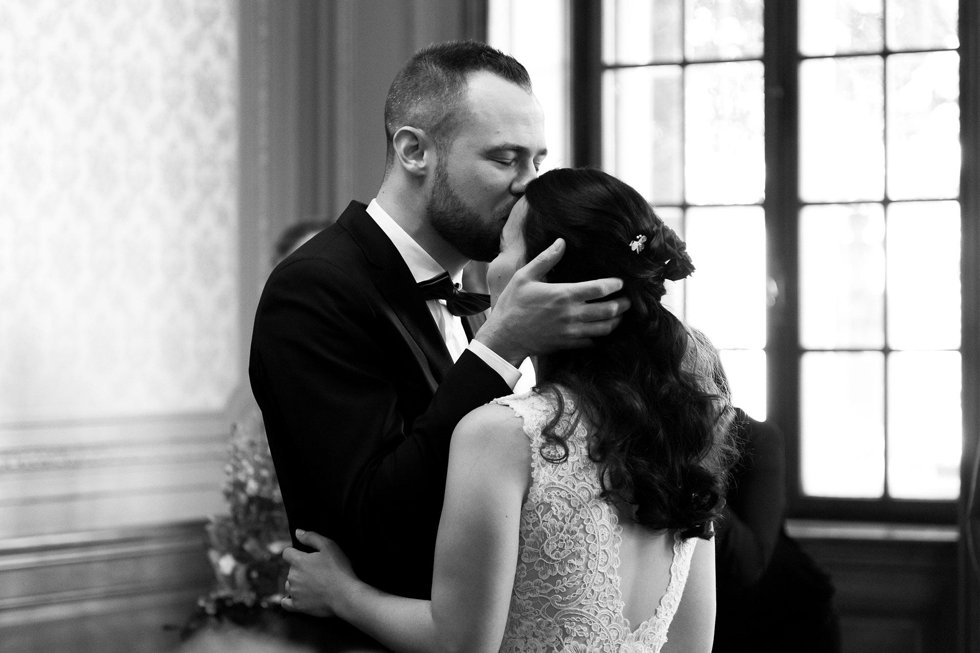 Die zivile Trauung in Basel - Der Bräutigam küsst seiner Frau auf die Stirn