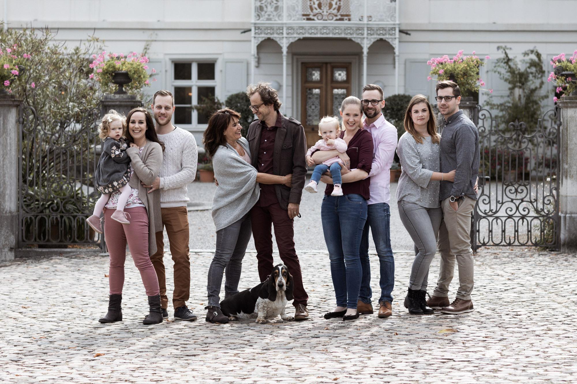 3 Generationen beim Familien Fotoshooting in den Merian Gärten - Fotograf Nicole.Gallery aus Basel