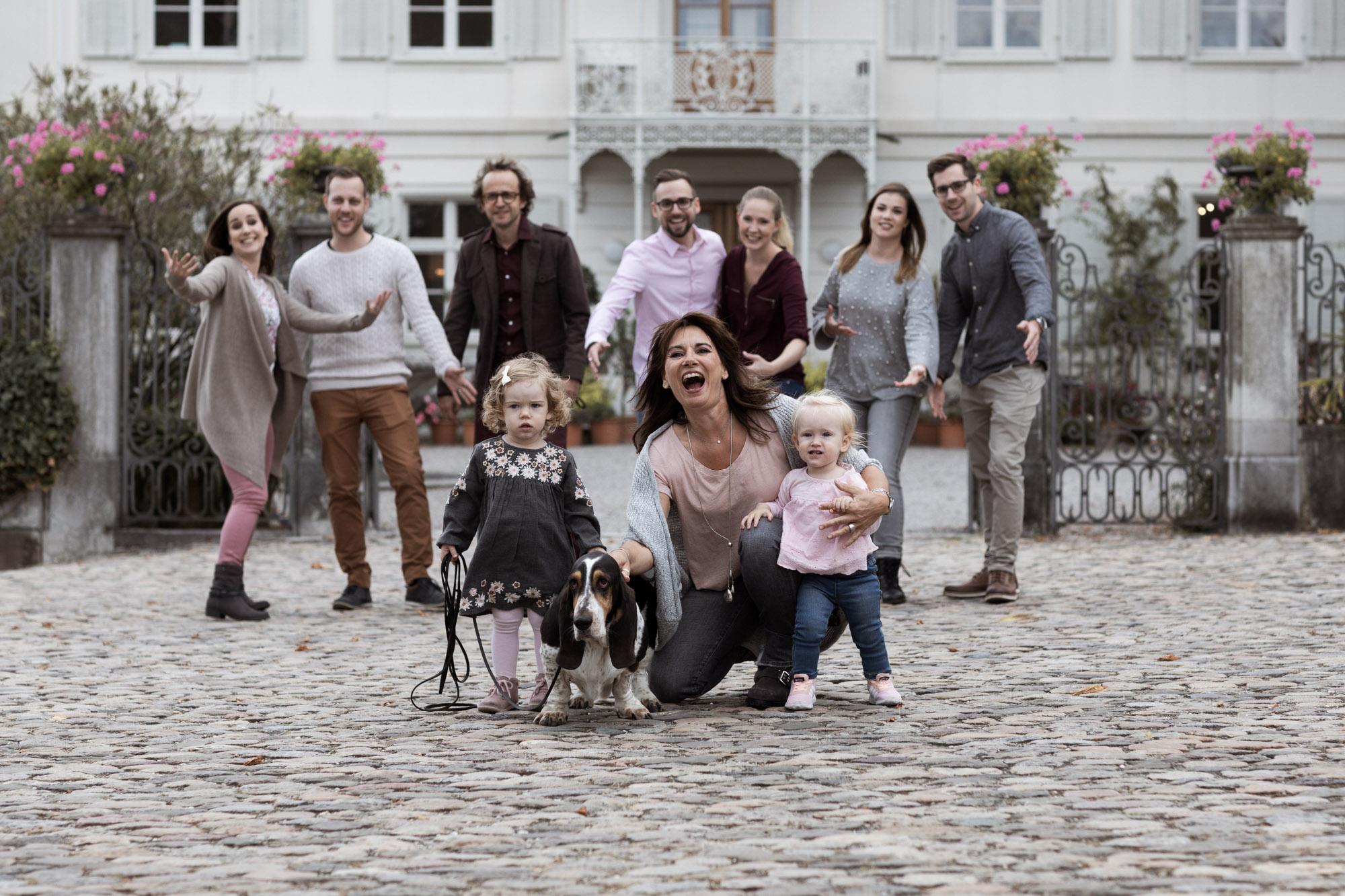 Grossfamilien Fotoshooting in Basel - Generationen Fotoshooting - Oma mit ihren Enkelkinder