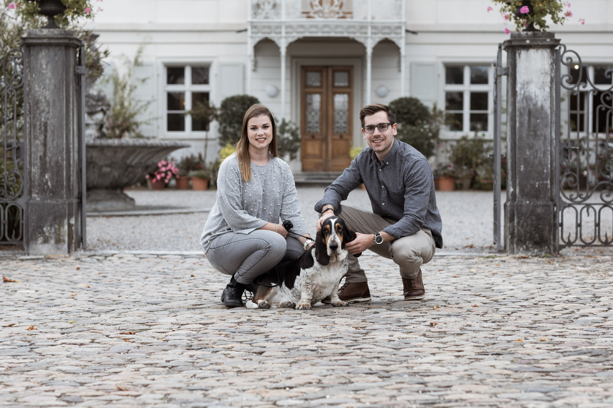 Grossfamilien Fotoshooting in Basel - Familie mit Hund beim Fotoshooting