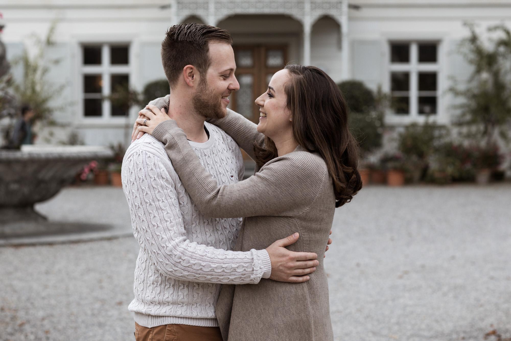 Grossfamilien Fotoshooting in Basel - Paar beim Fotoshooting in den Merian Gärten