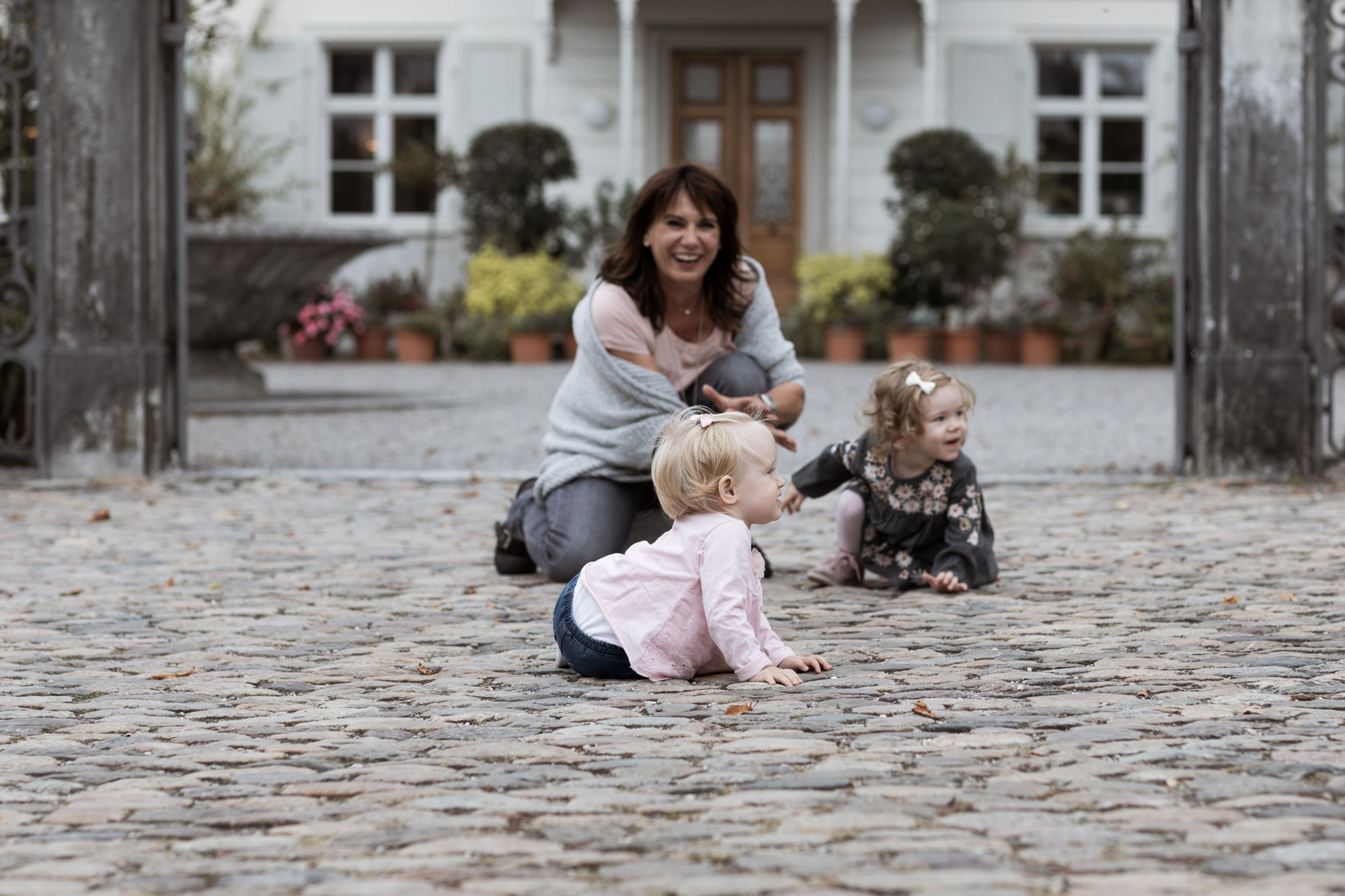Die Oma mit den Enkelkinder beim Fotoshooting - Gross Familien Fotoshooting in Basel