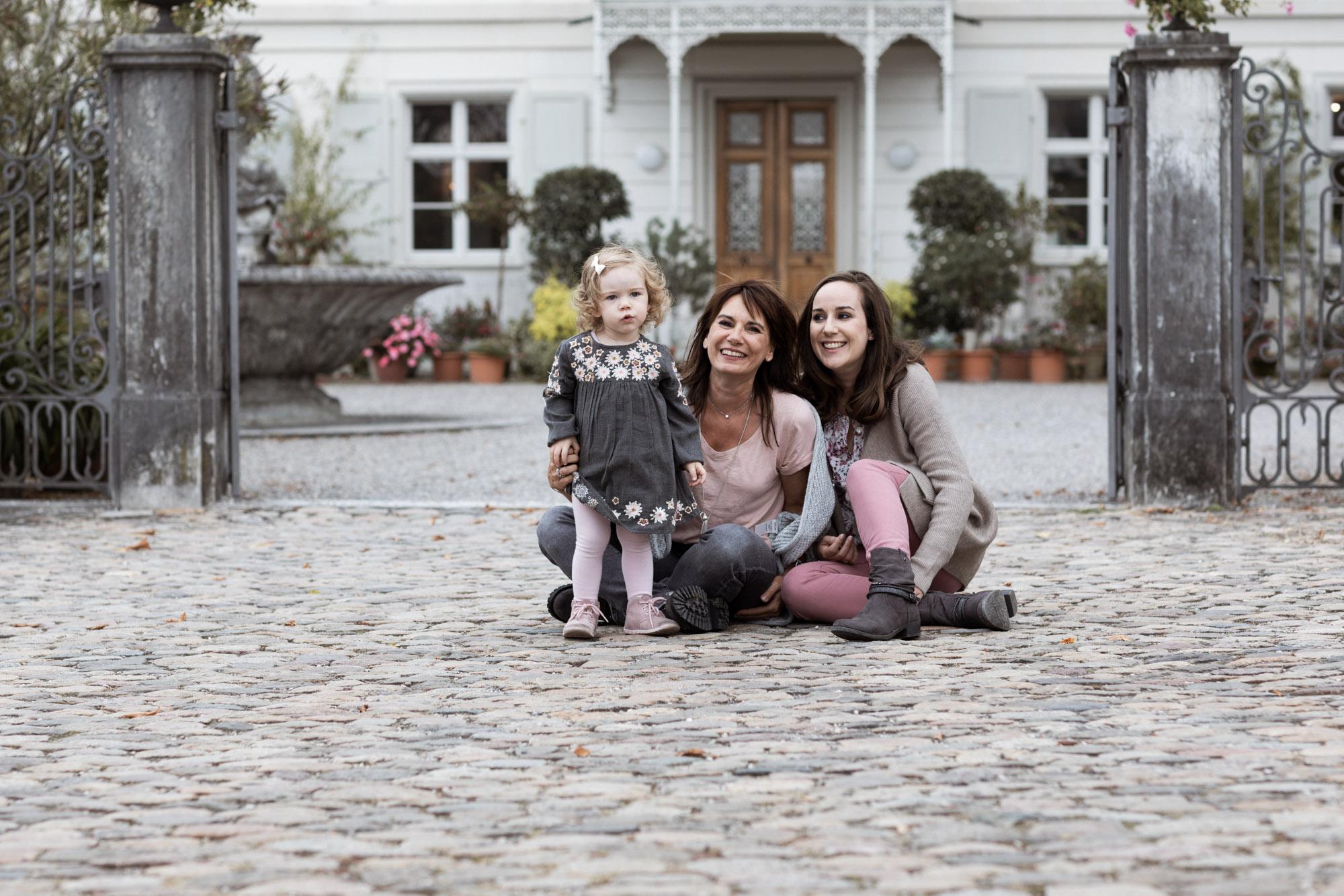 Die Oma mit der Tochter und dem Enkelkind beim Fotoshooting - Gross Familien Fotoshooting in Basel
