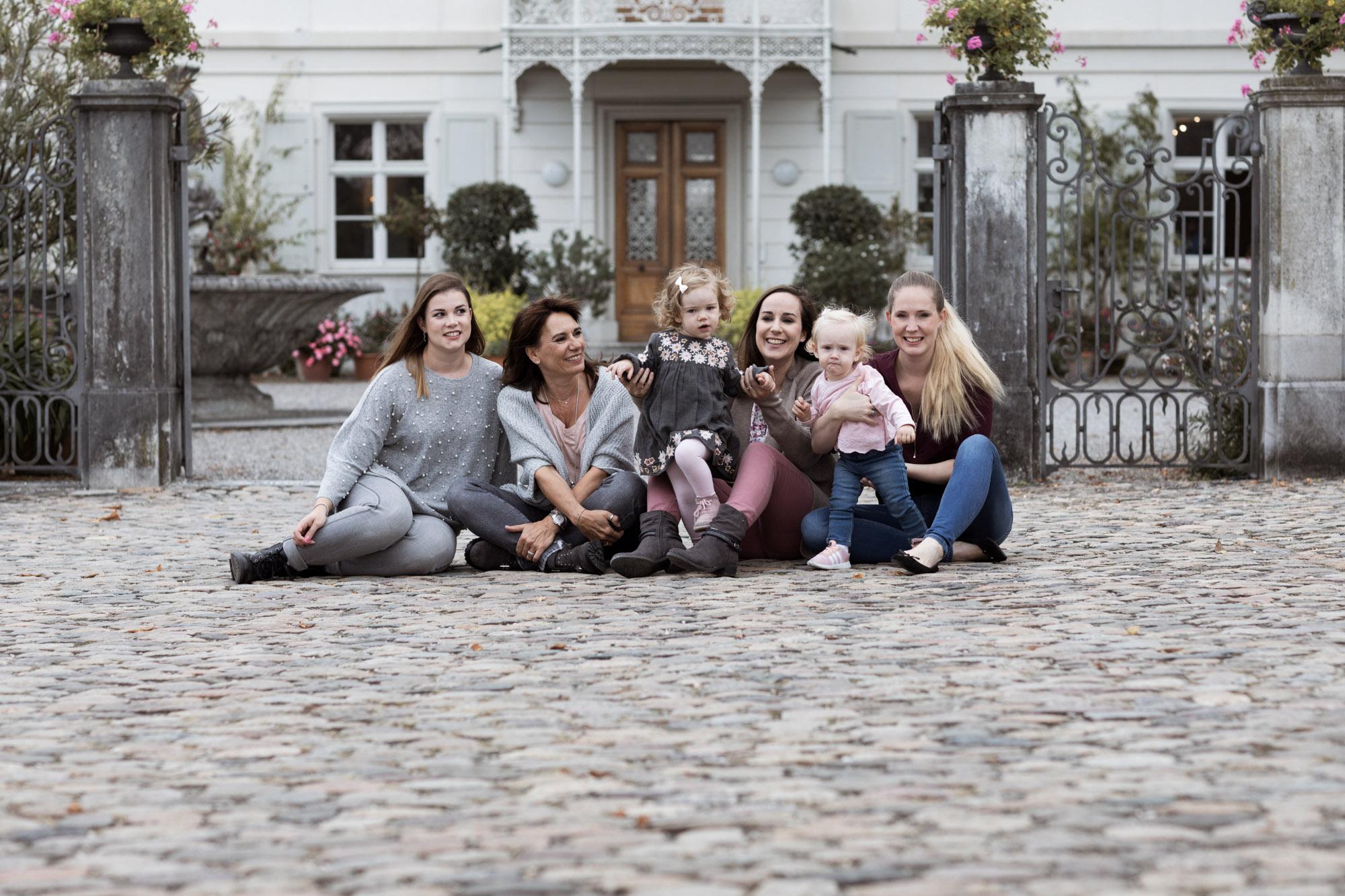 Die Oma mit der Tochter und den Enkelkinder beim Fotoshooting - Gross Familien Fotoshooting in Basel