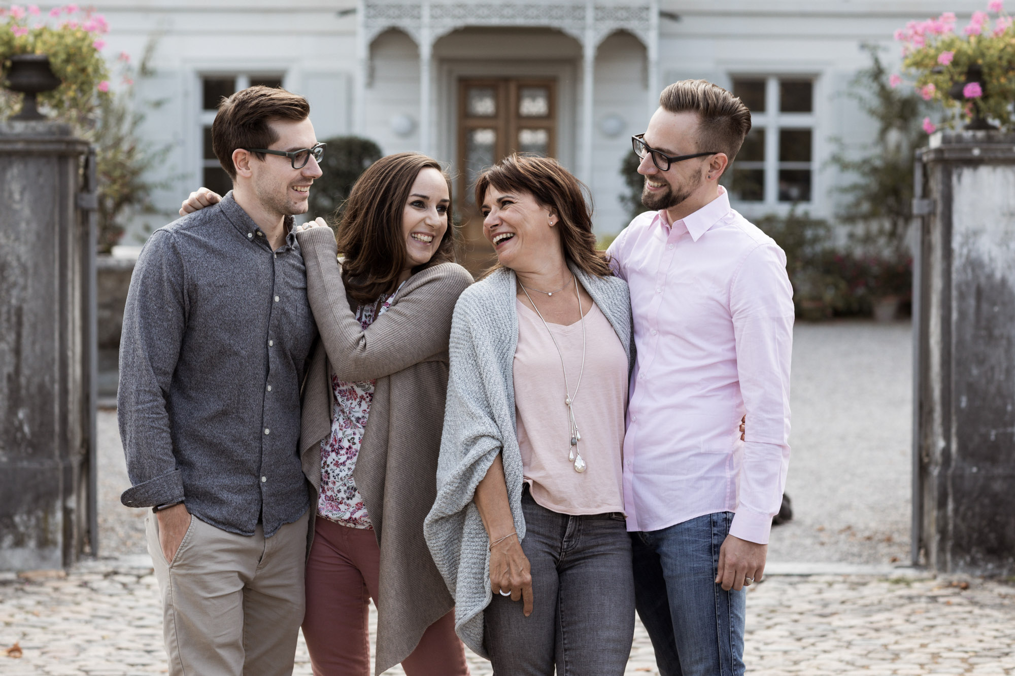 Die Mama mit ihren Kindern beim Fotoshooting - Gross Familien Fotoshooting in den Merian Gärten - Fotoshooting Muttertag