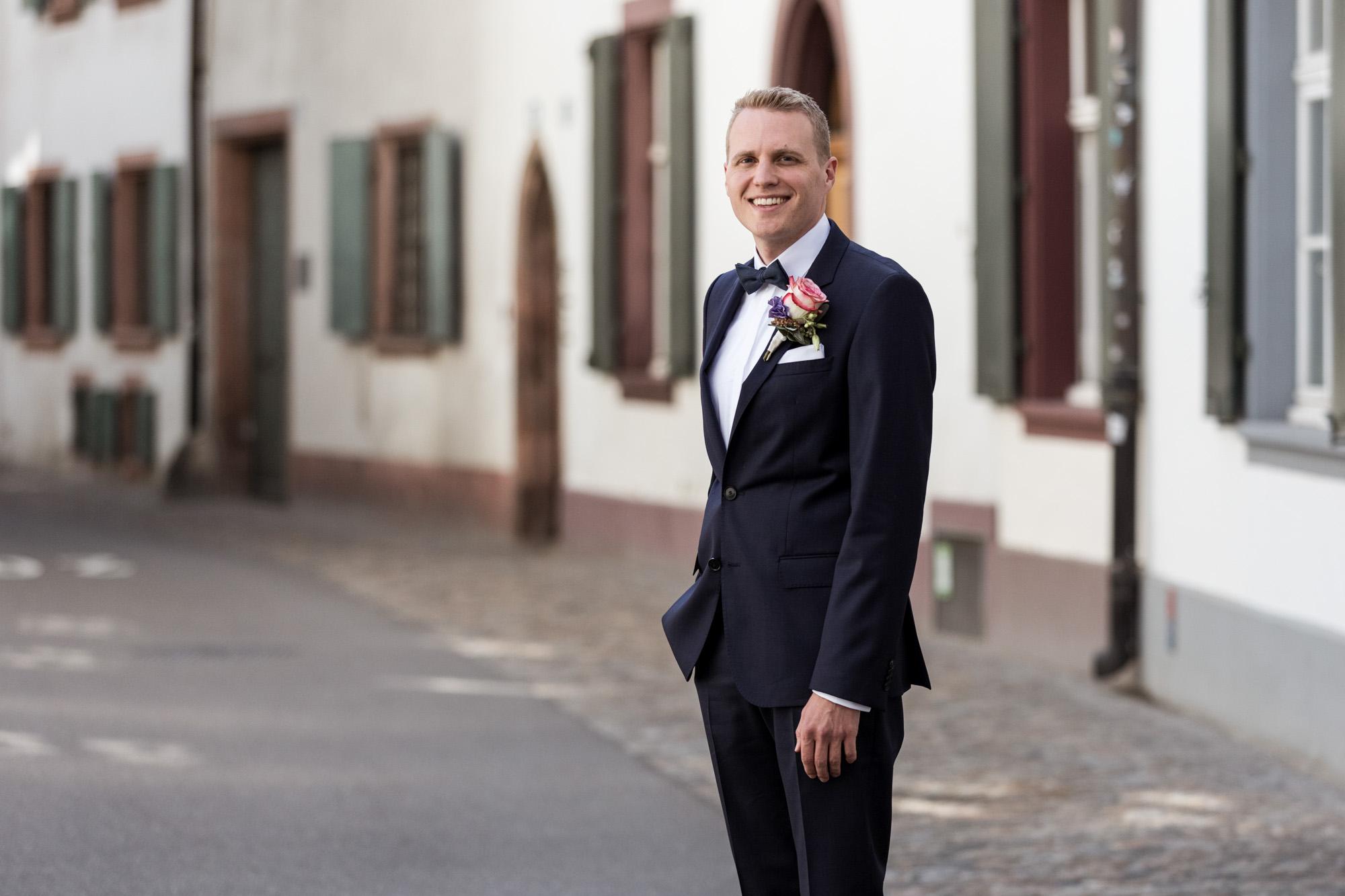 Der Bräutigam wartet auf seine Braut - Hochzeit in Basel - Hochzeitsfotografen Basel