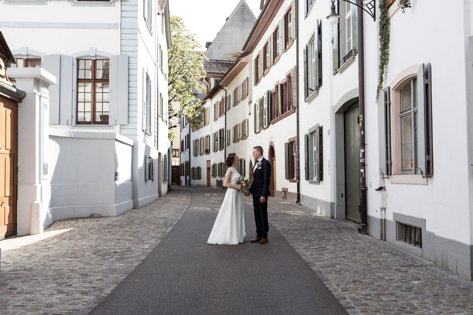 Brautpaar Fotoshooting in der schönen Altstadt von Basel - Hochzeitsfotografin Basel