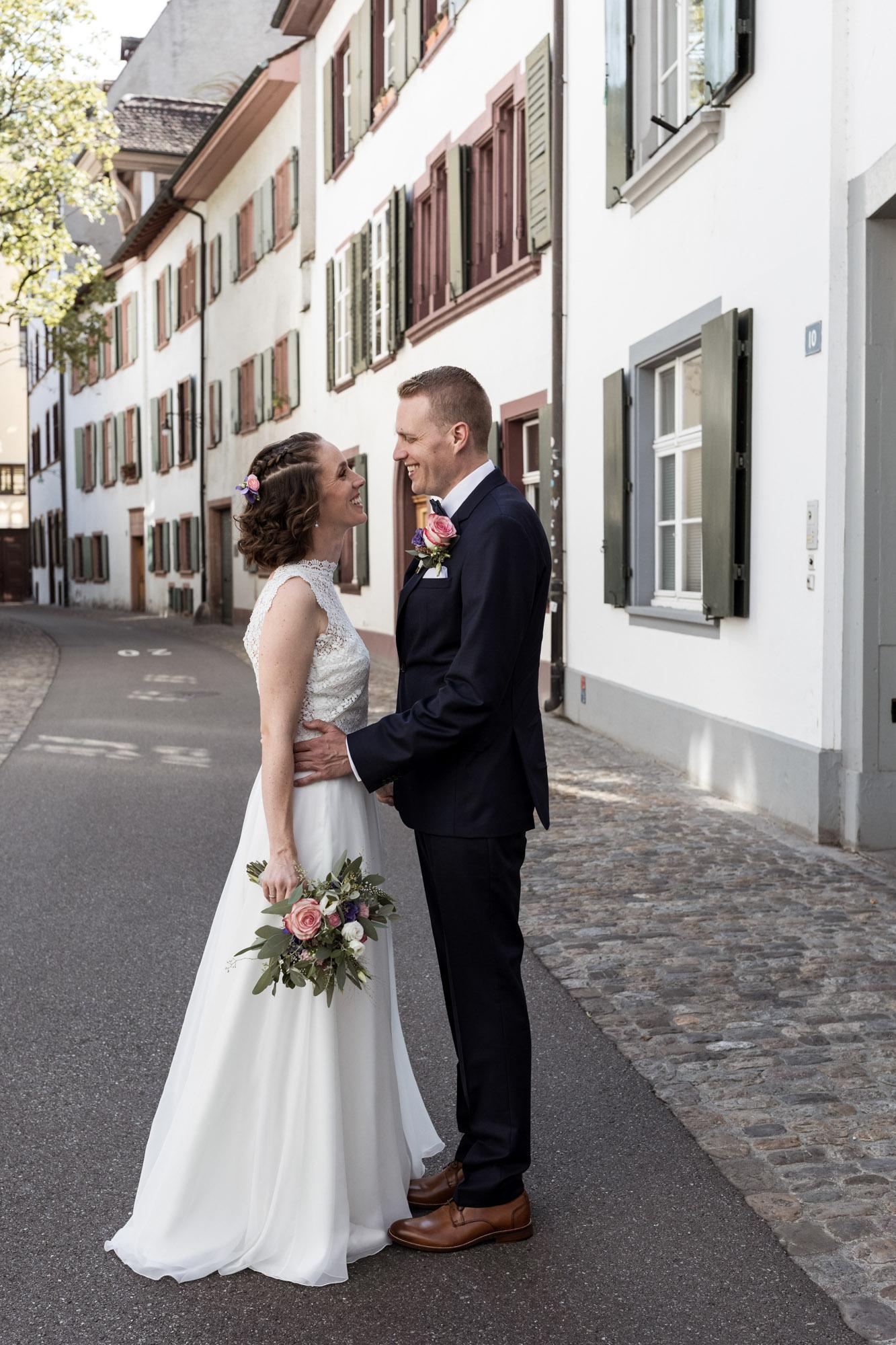 Brautpaar Fotoshooting in der Altstadt Basel - Hochzeitsfotografen
