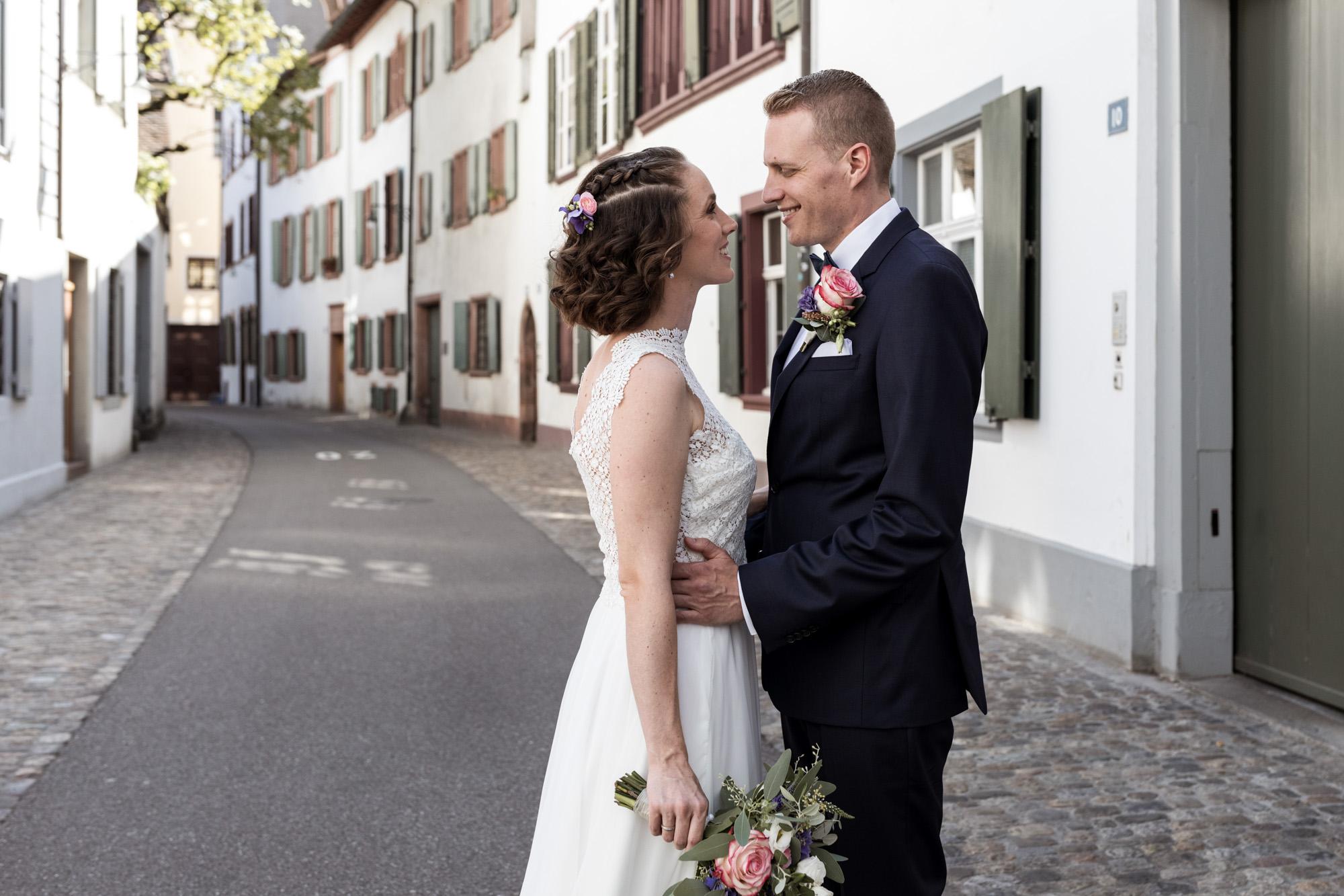 Brautpaar Fotoshooting in der schönen Altstadt von Basel - Hochzeitsfotografen