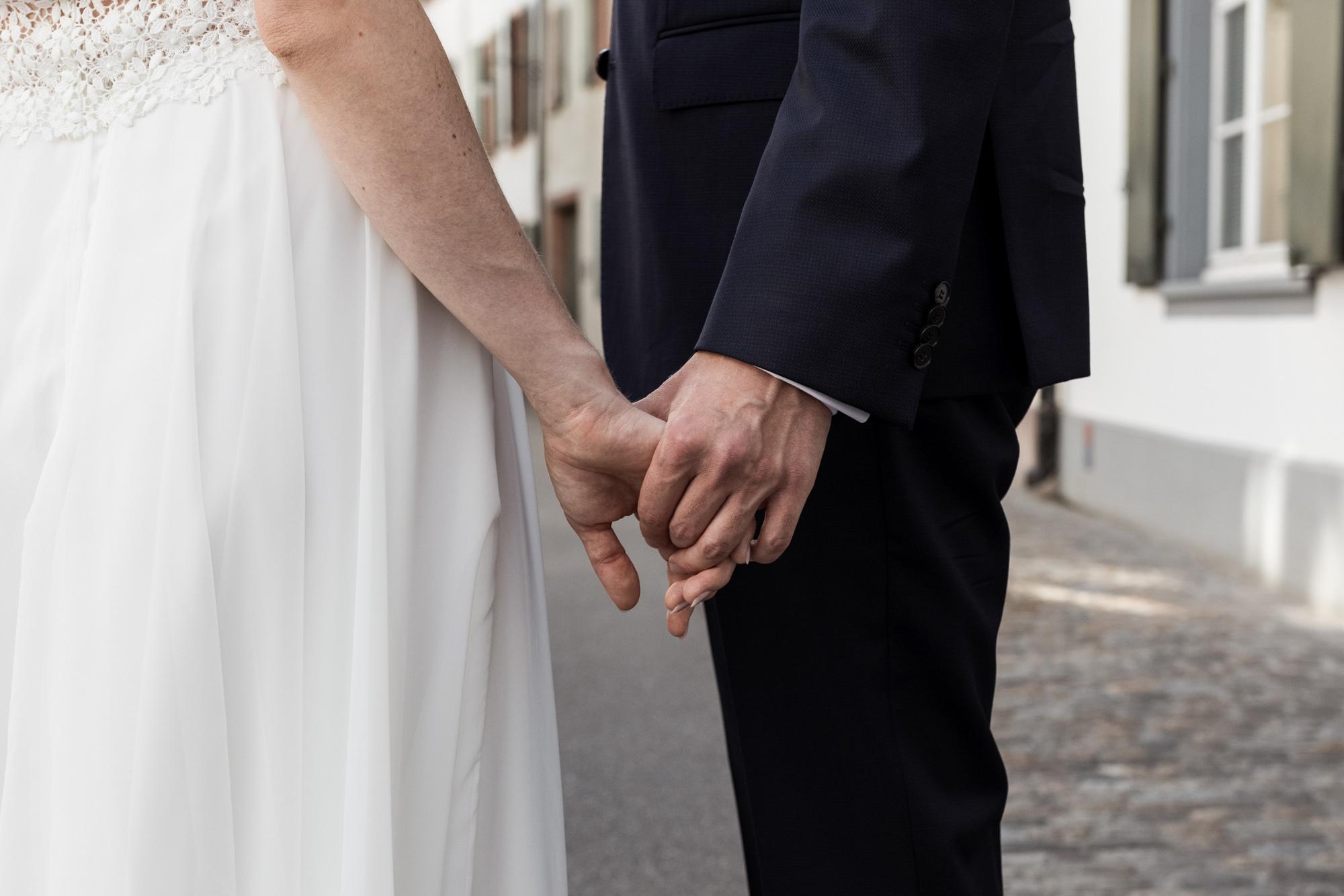 Detail Hände - Das Brautpaar hält sich an den Händen - Hochzeitsfotografen Basel