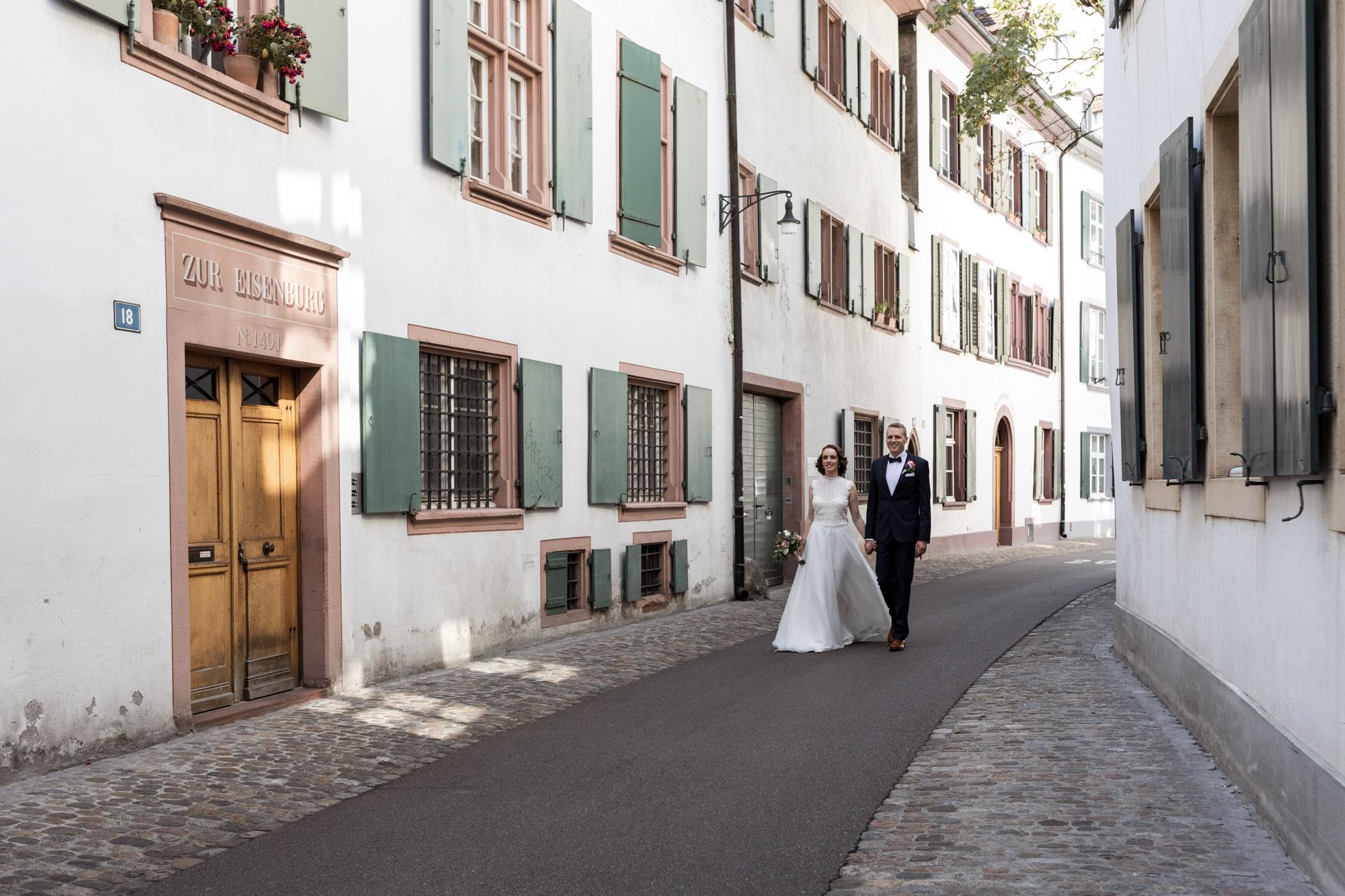 Das Brautpaar spaziert durch die Altstadt in Basel - Hochzeitsfotografen Basel