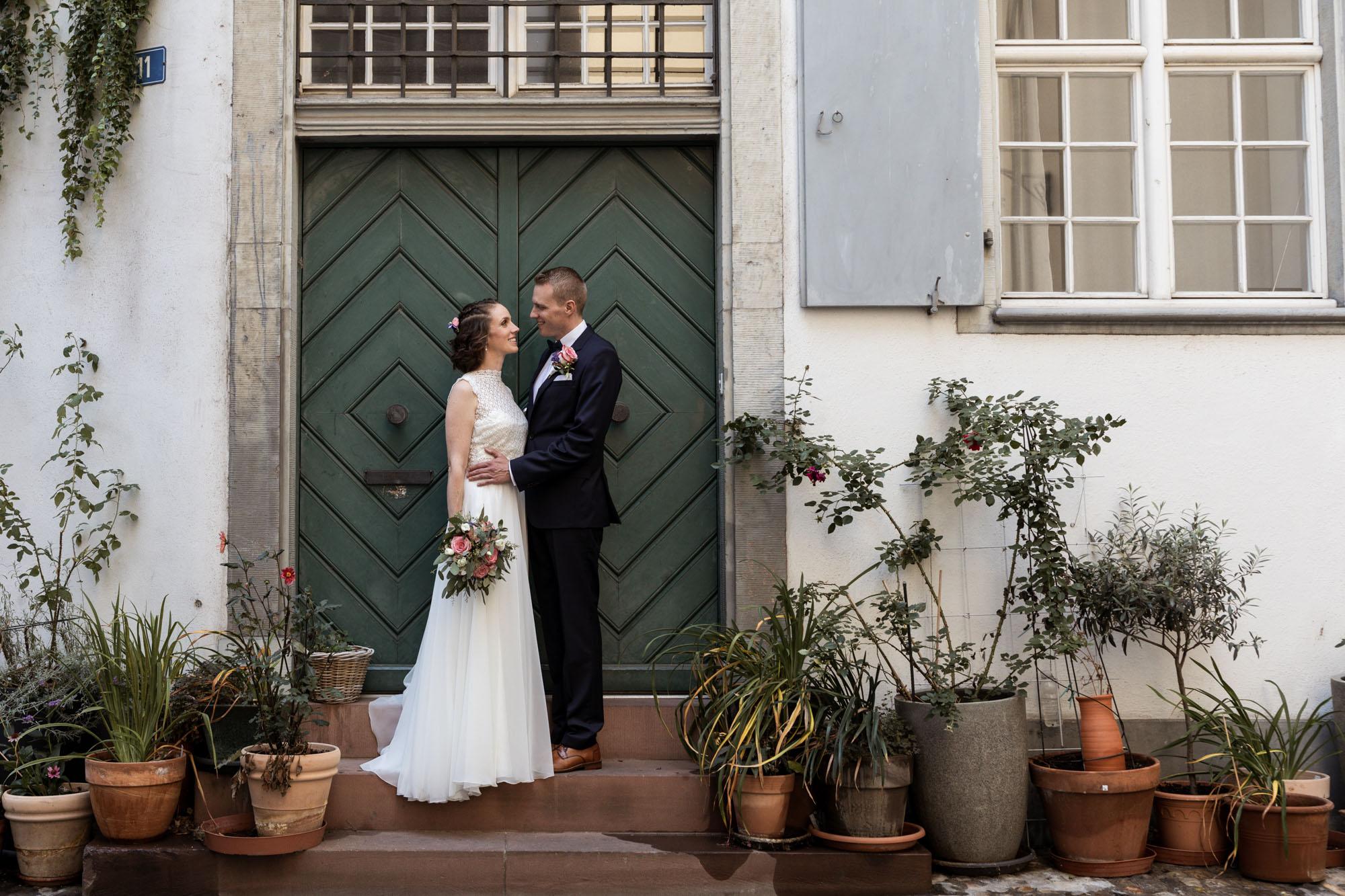 Das Paar vor der grünen Türe - Hochzeitsfotografen Basel