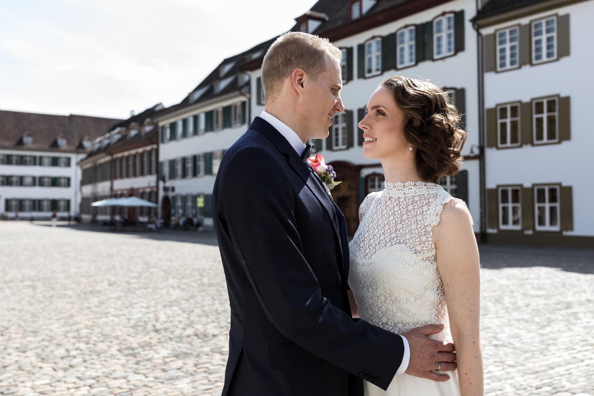 Das Brautpaar auf dem Münsterplatz - Hochzeitsfotografen Basel