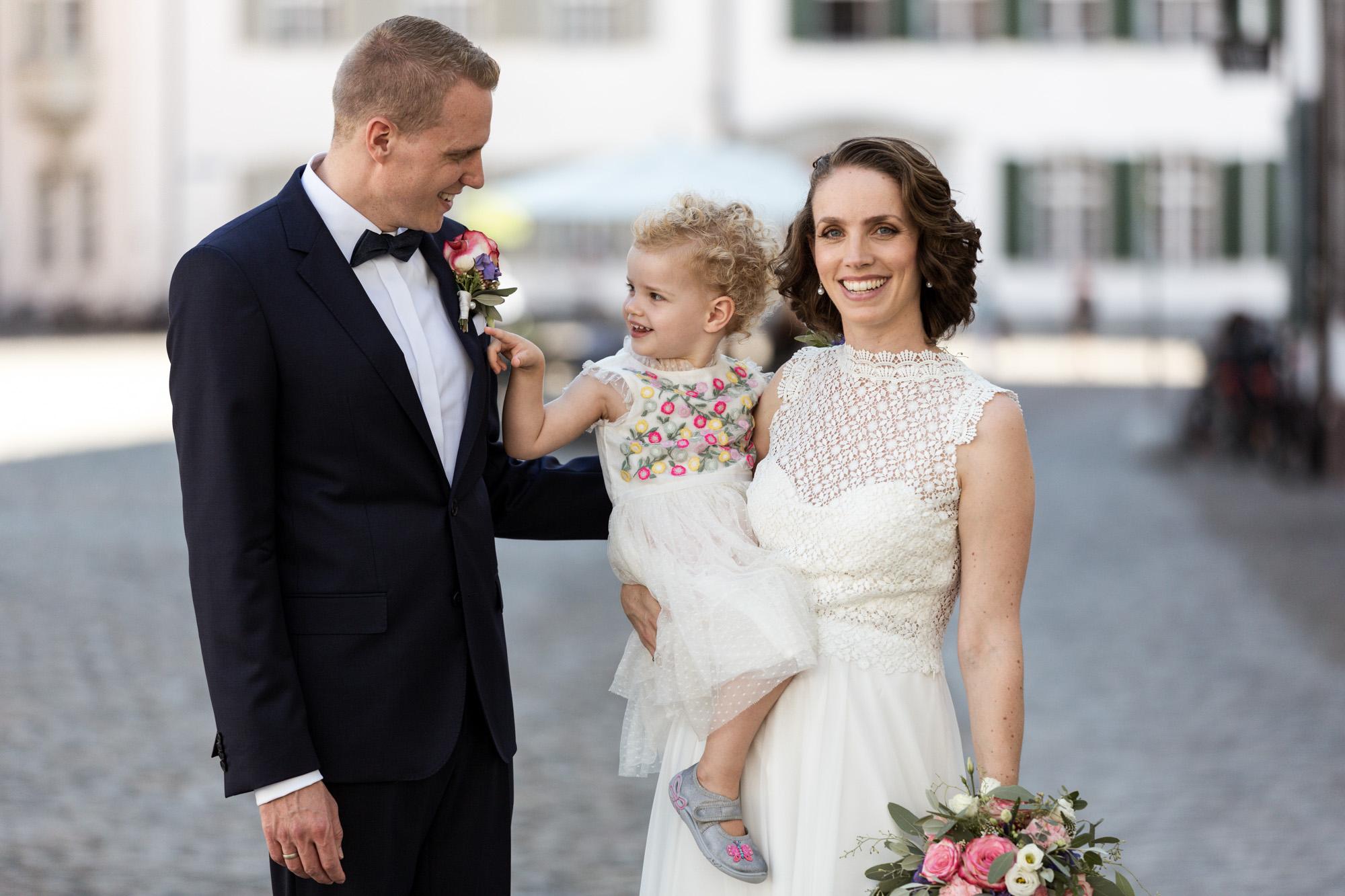Das Brautpaar mit ihrer süssen Tochter - Hochzeitsfotografen Basel