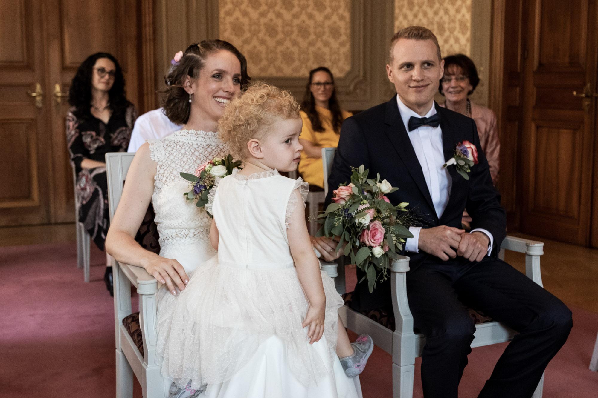 Das Brautpaar und die Tochter bei der Trauung im Standsamt in Basel- Hochzeitsfotografen Basel