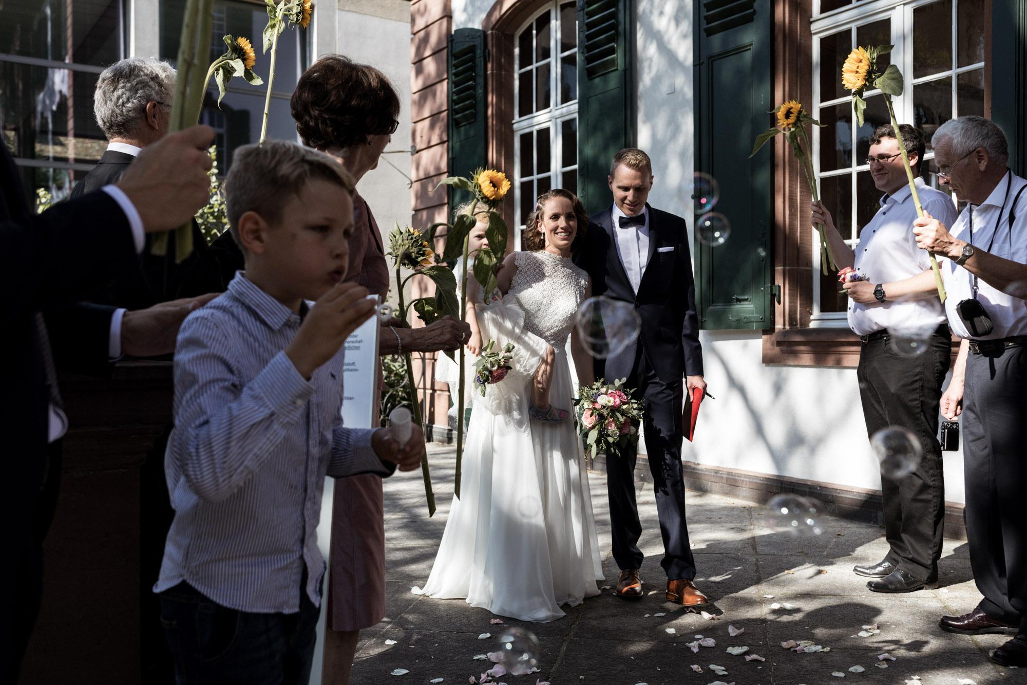 Der Auszug aus dem Standsamt in Basel - Hochzeitsfotografen Basel
